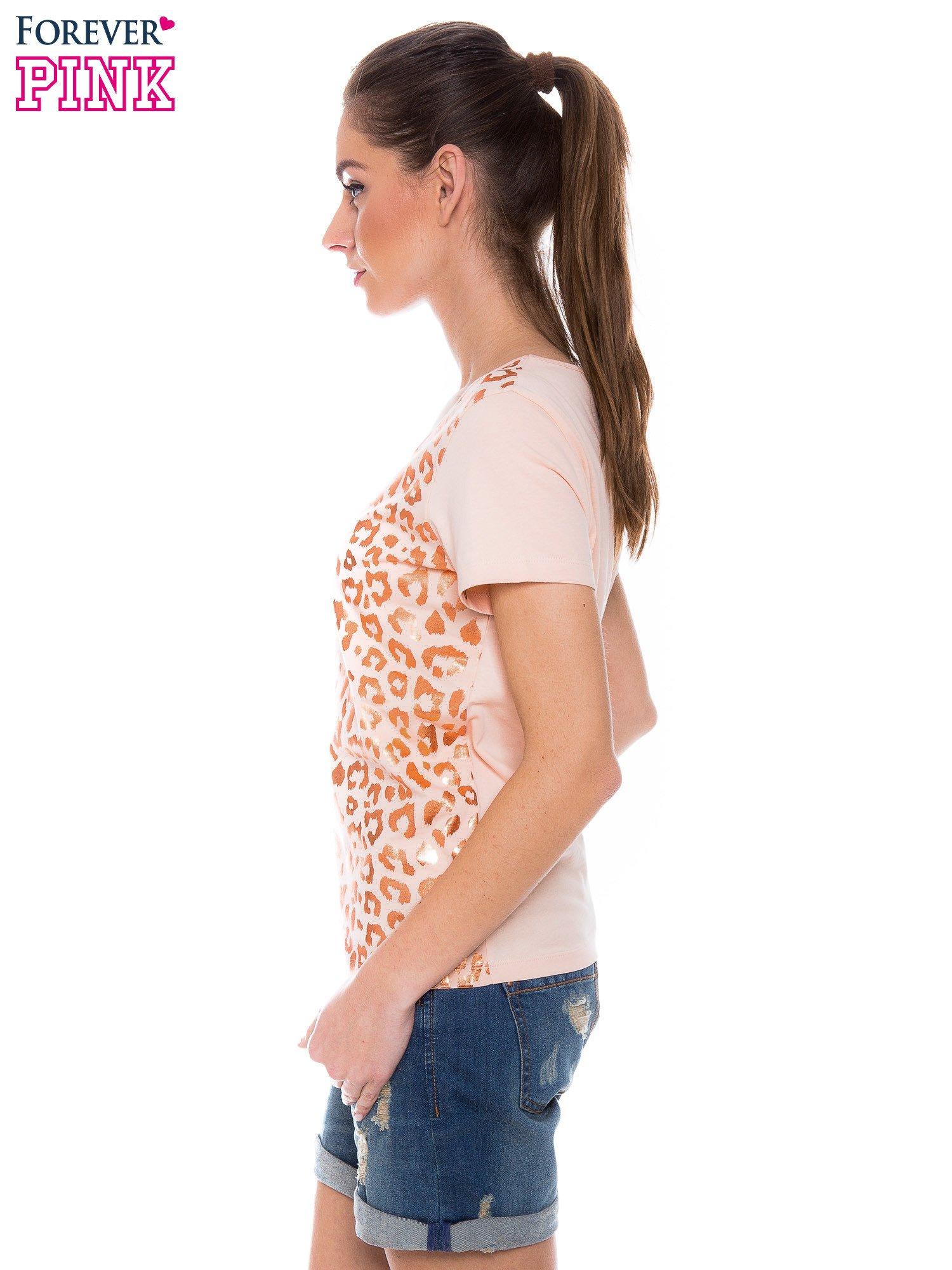 Pomarańczowokoralowy t-shirt z metalicznym nadrukiem w cętki pantery                                  zdj.                                  2