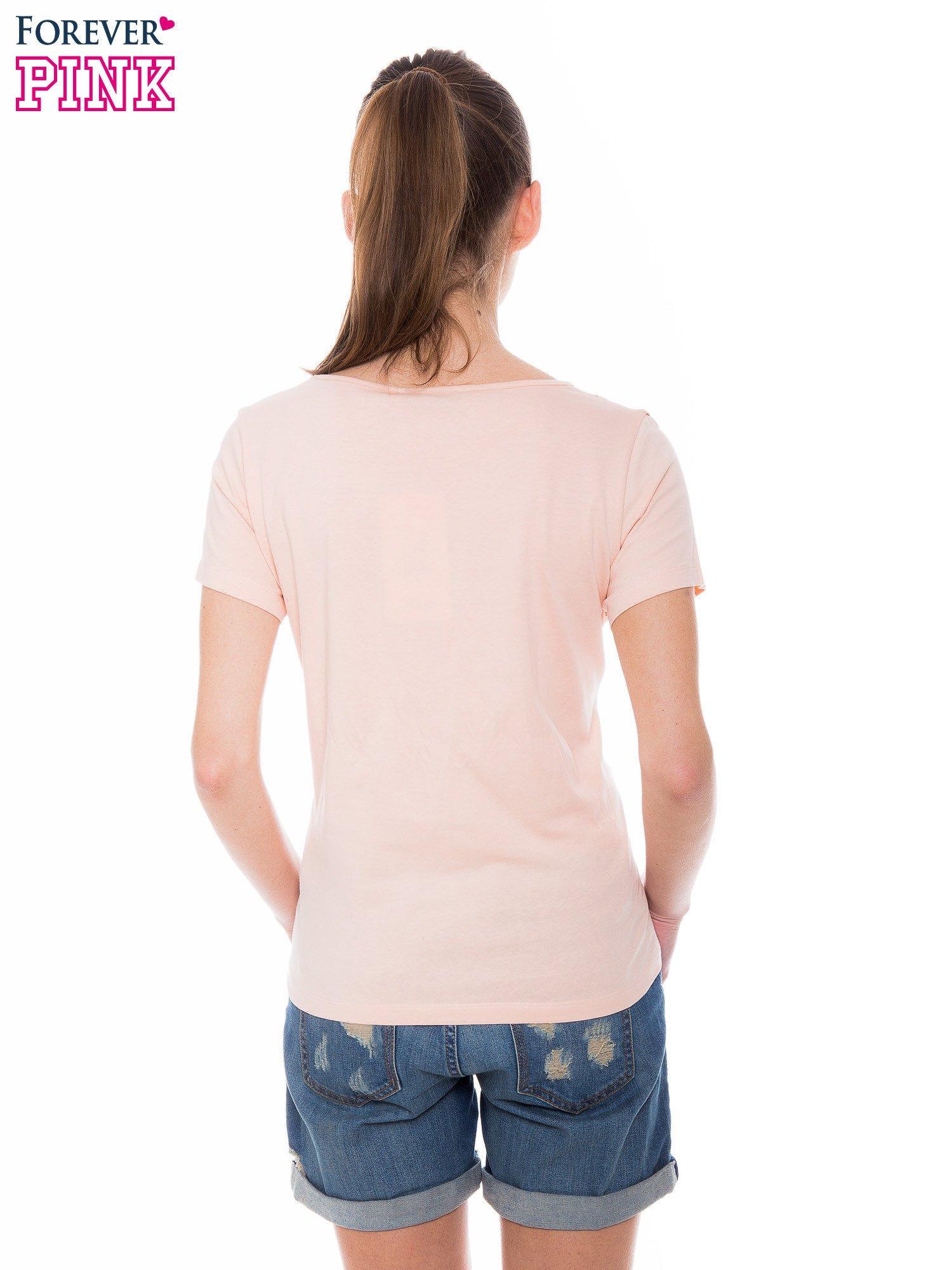 Pomarańczowokoralowy t-shirt z metalicznym nadrukiem w cętki pantery                                  zdj.                                  3