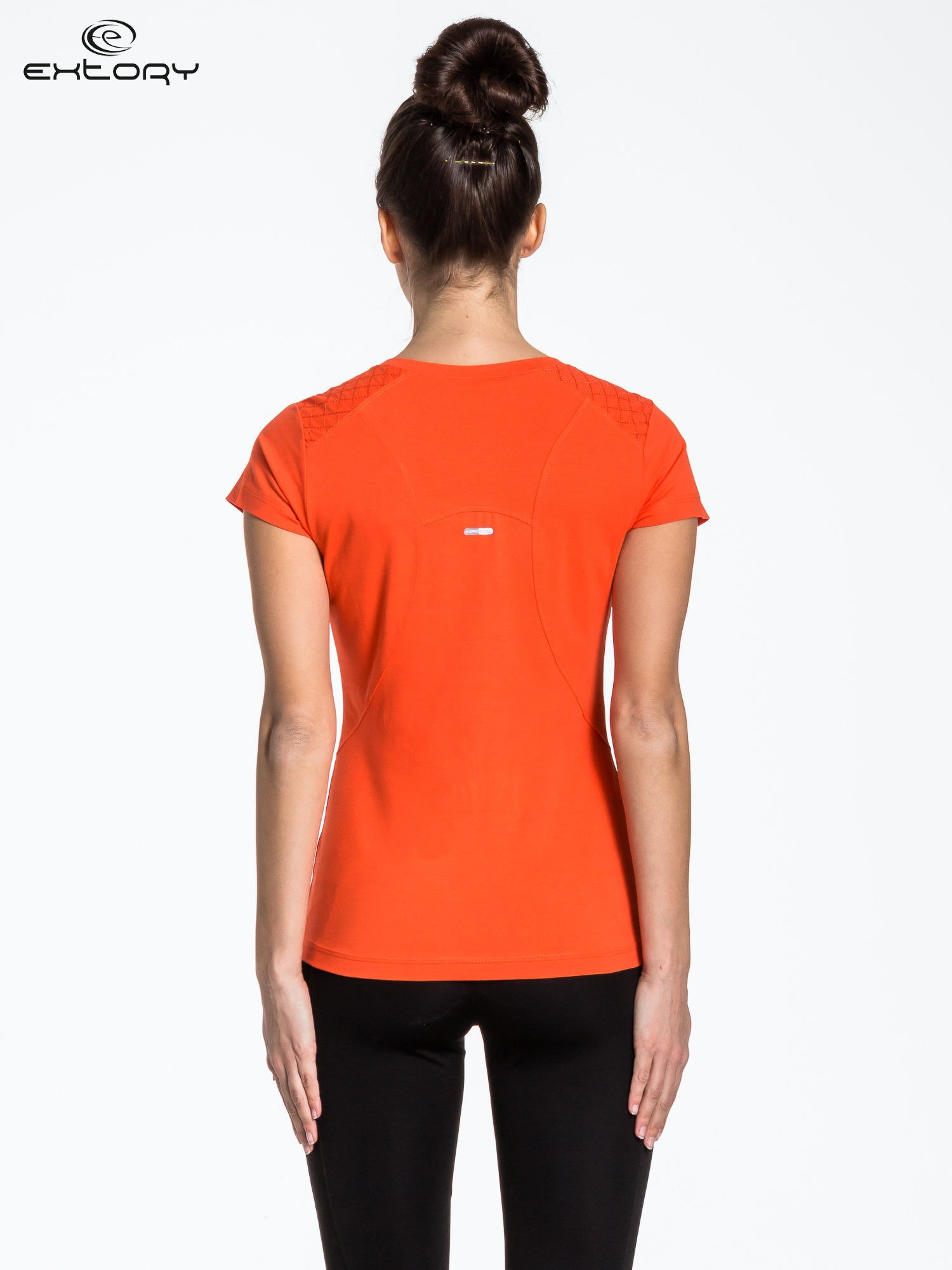 Pomarańczowy t-shirt sportowy z pikowaną wstawką                                  zdj.                                  3