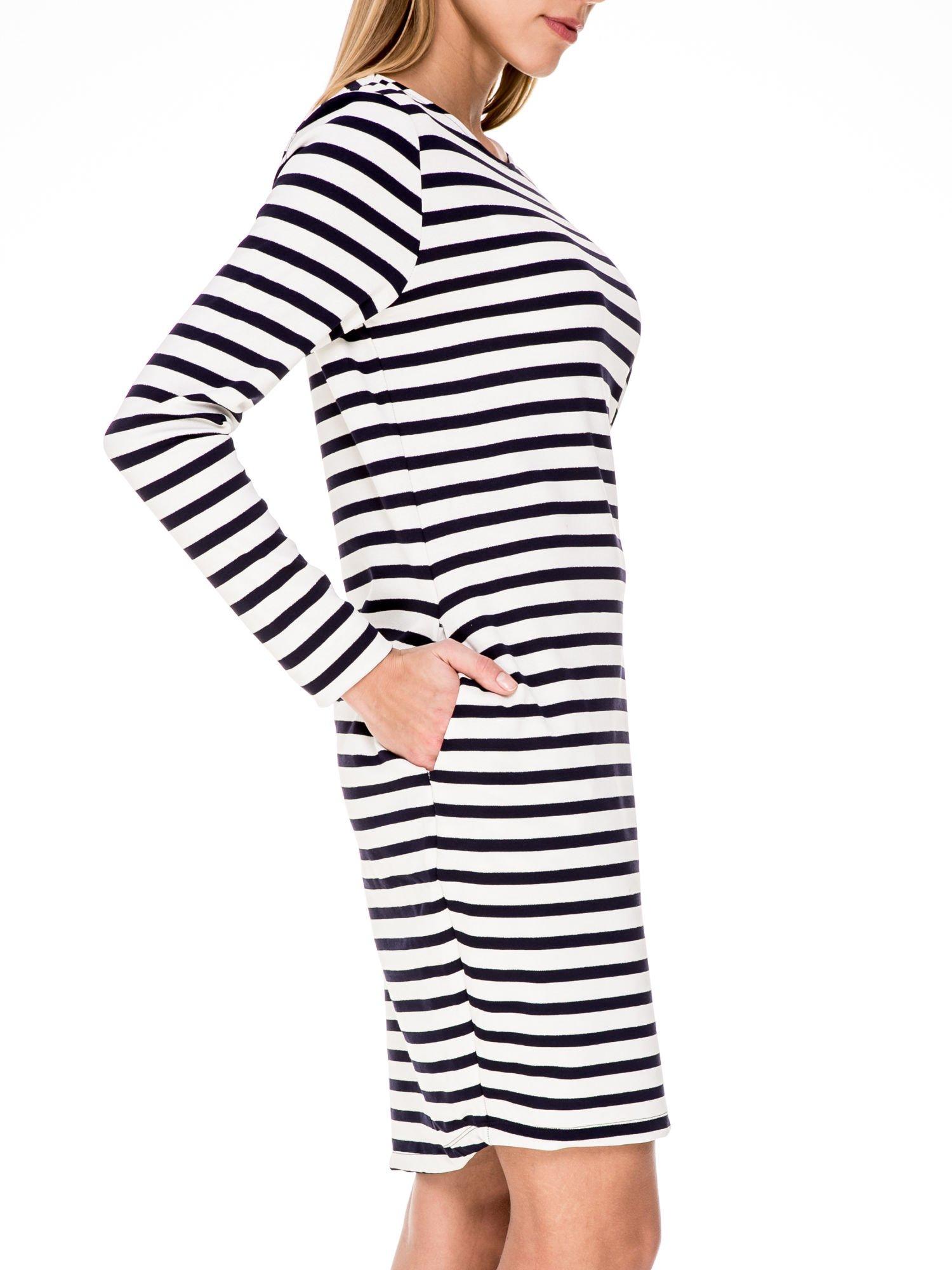 Prosta sukienka w biało-granatowe paski ze srebrną nitką                                  zdj.                                  5