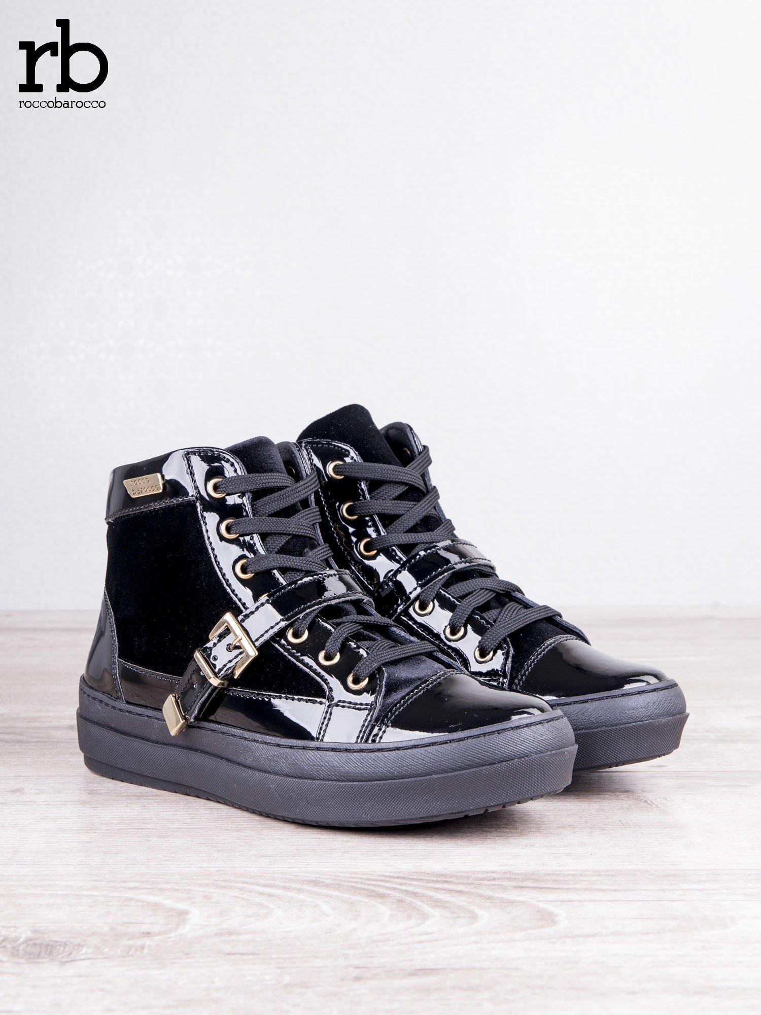 ROCCOBAROCCO czarne welurowe sneakersy na pasek ze złotymi sprzączkami i lakierowanymi wstawkami                                  zdj.                                  2