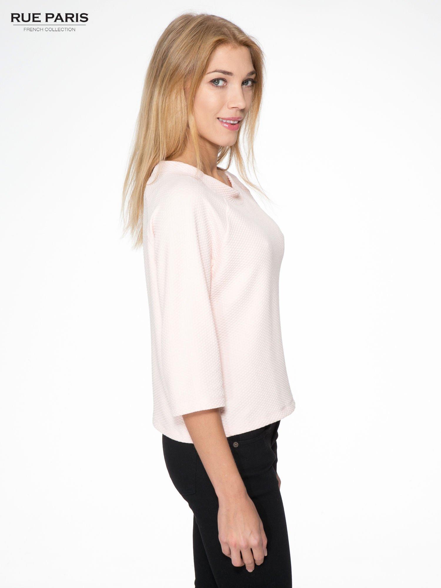 Różowa fakturowana bluzka z kimonowym rękawem długości 3/4                                  zdj.                                  3