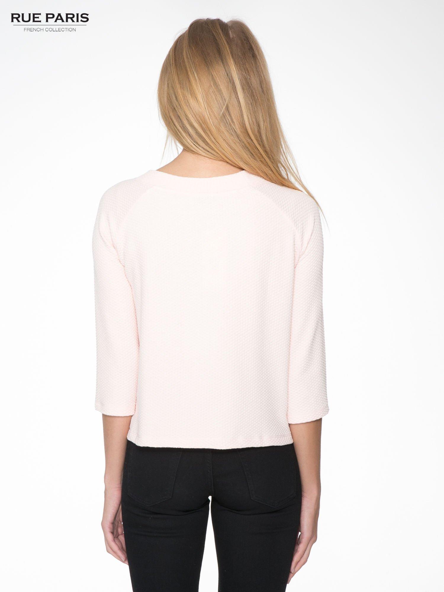 Różowa fakturowana bluzka z kimonowym rękawem długości 3/4                                  zdj.                                  4