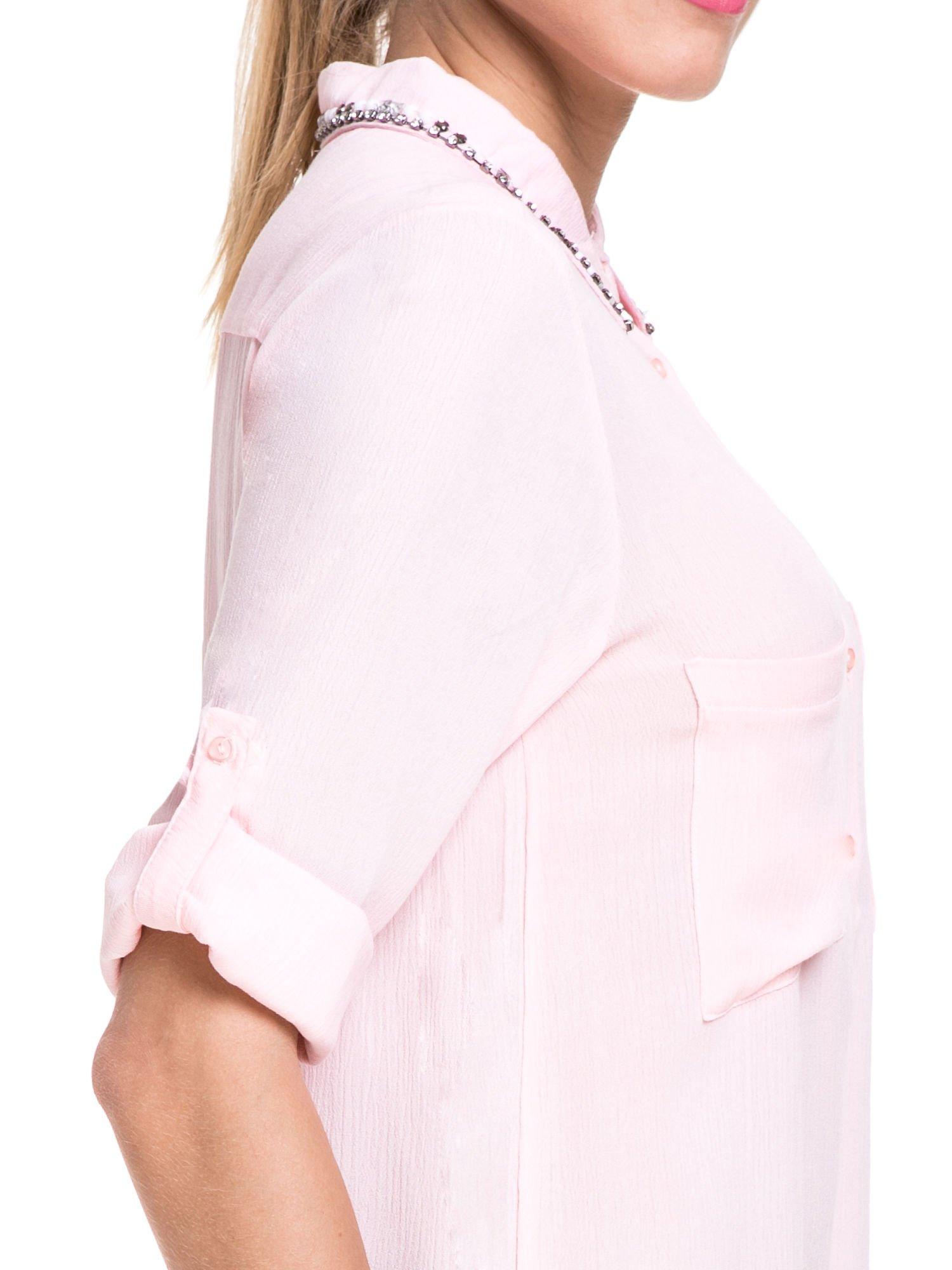 Różowa koszula z biżuteryjnym kołnierzykiem i kieszonkami                                  zdj.                                  7