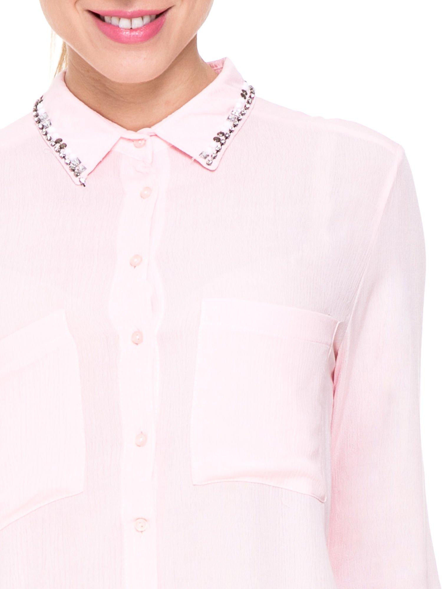 Różowa koszula z biżuteryjnym kołnierzykiem i kieszonkami                                  zdj.                                  6