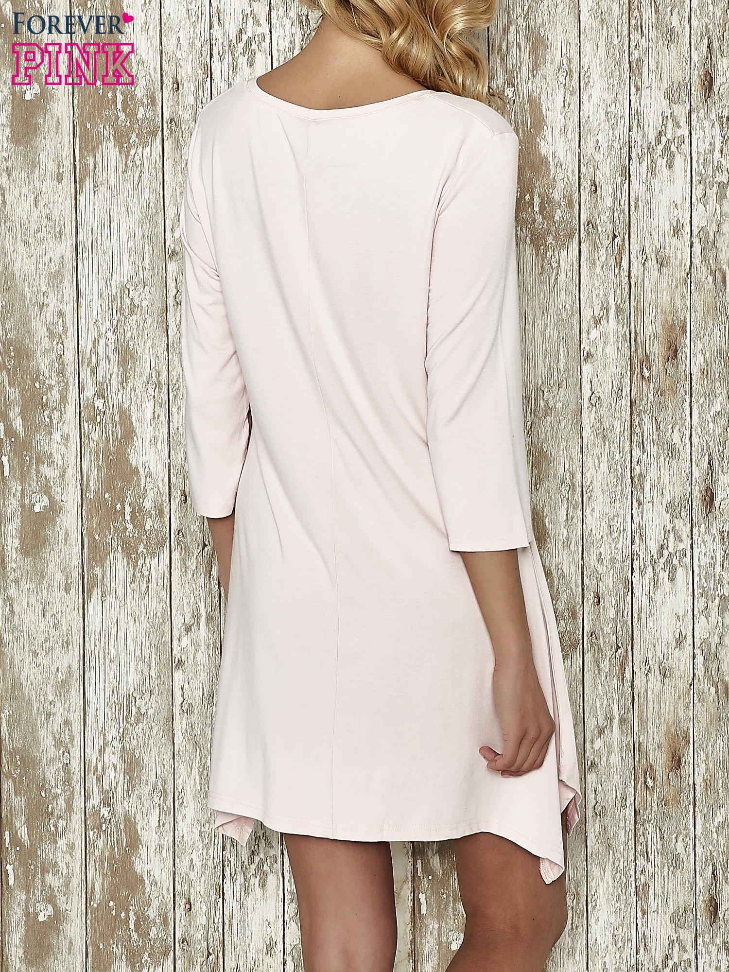 Różowa sukienka damska z nadrukiem kotów                                  zdj.                                  3