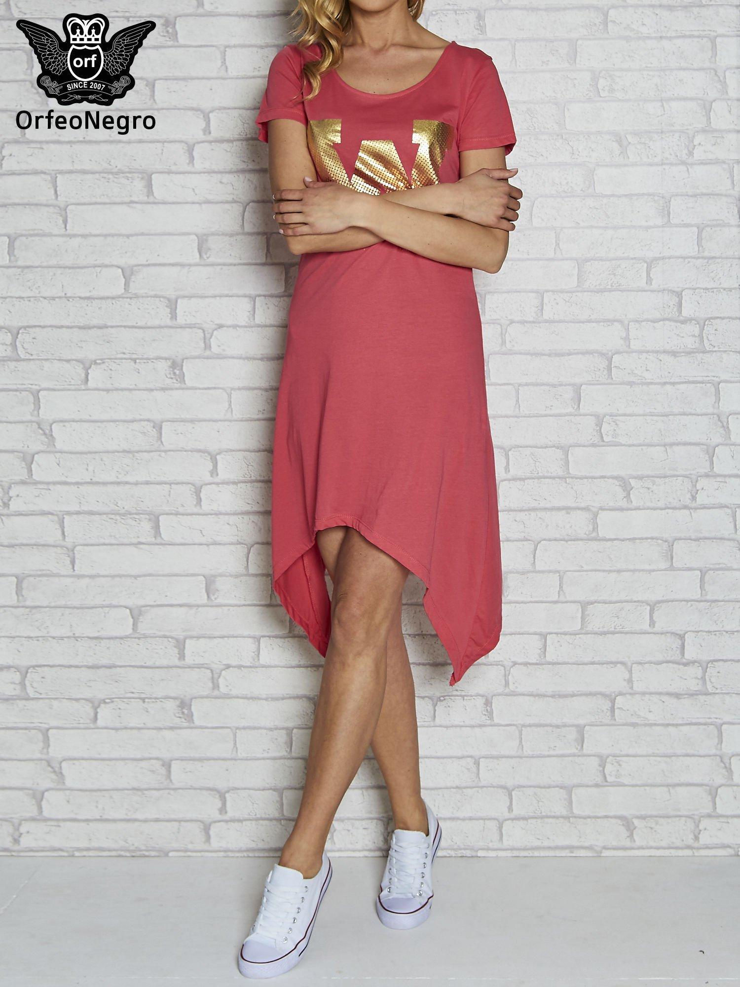 Różowa sukienka z asymetrycznymi bokami i złotą literą W                                  zdj.                                  1