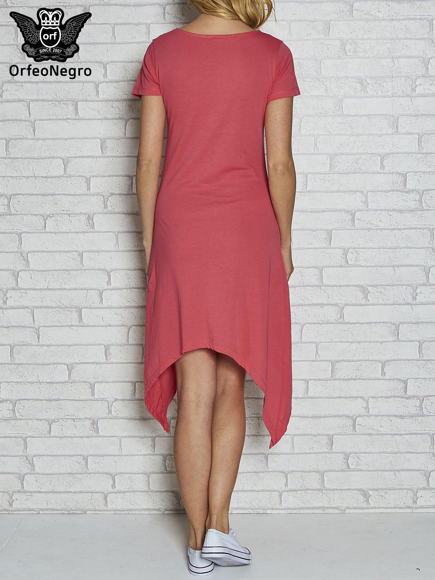 Różowa sukienka z asymetrycznymi bokami i złotą literą W                                  zdj.                                  4