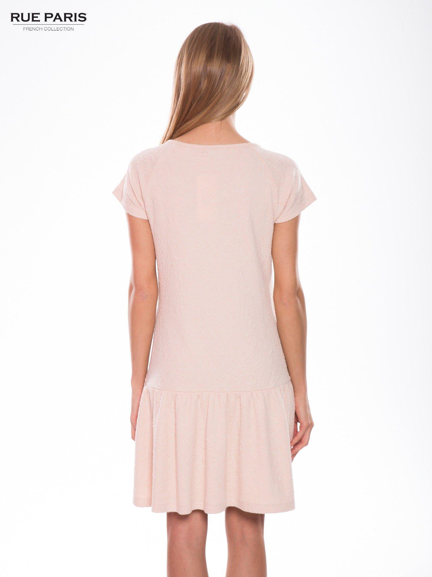 Różowa sukienka z obniżoną talią i falbaną na dole                                  zdj.                                  4