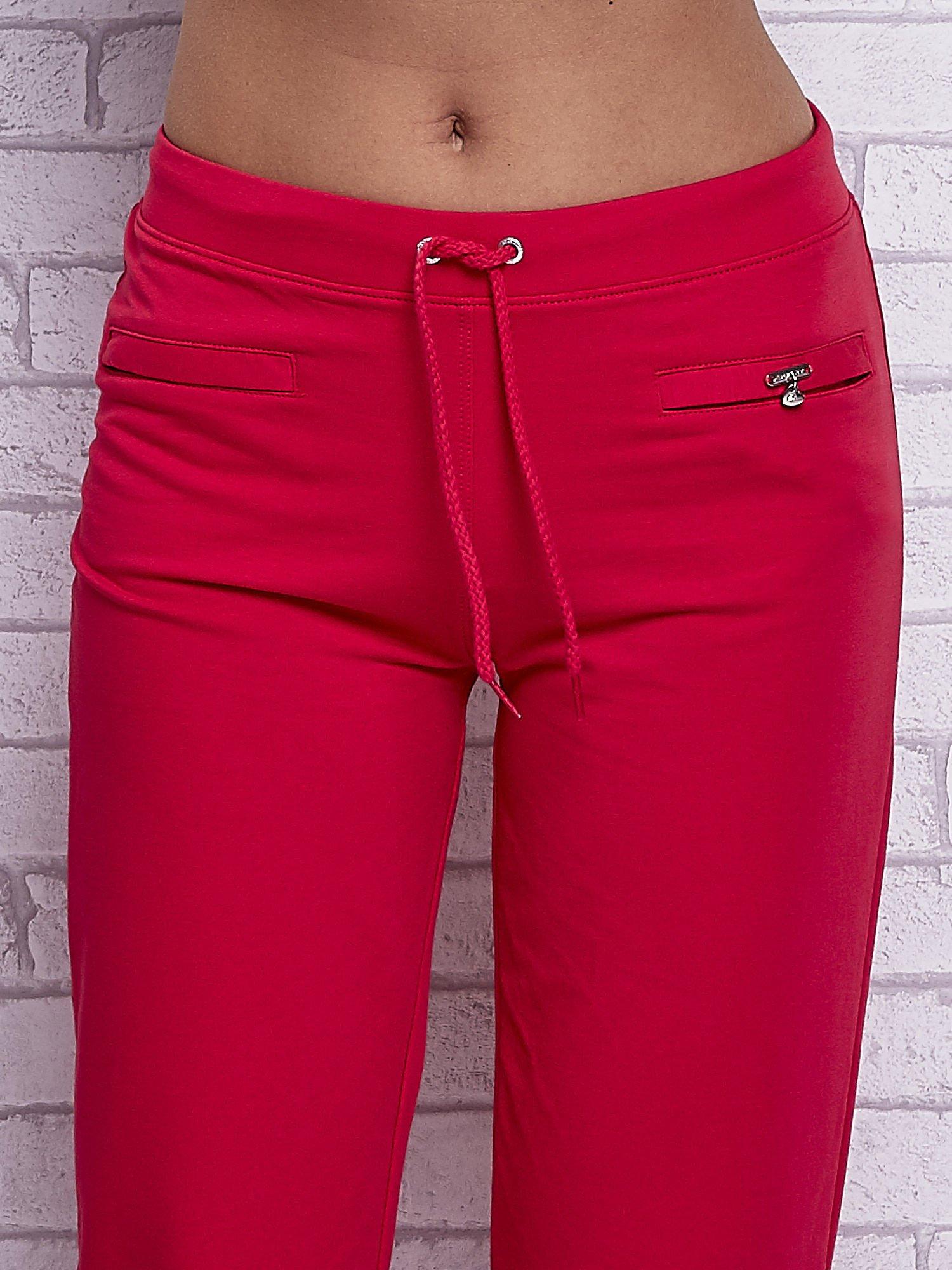 Różowe spodnie capri z wszytymi kieszonkami                                  zdj.                                  4