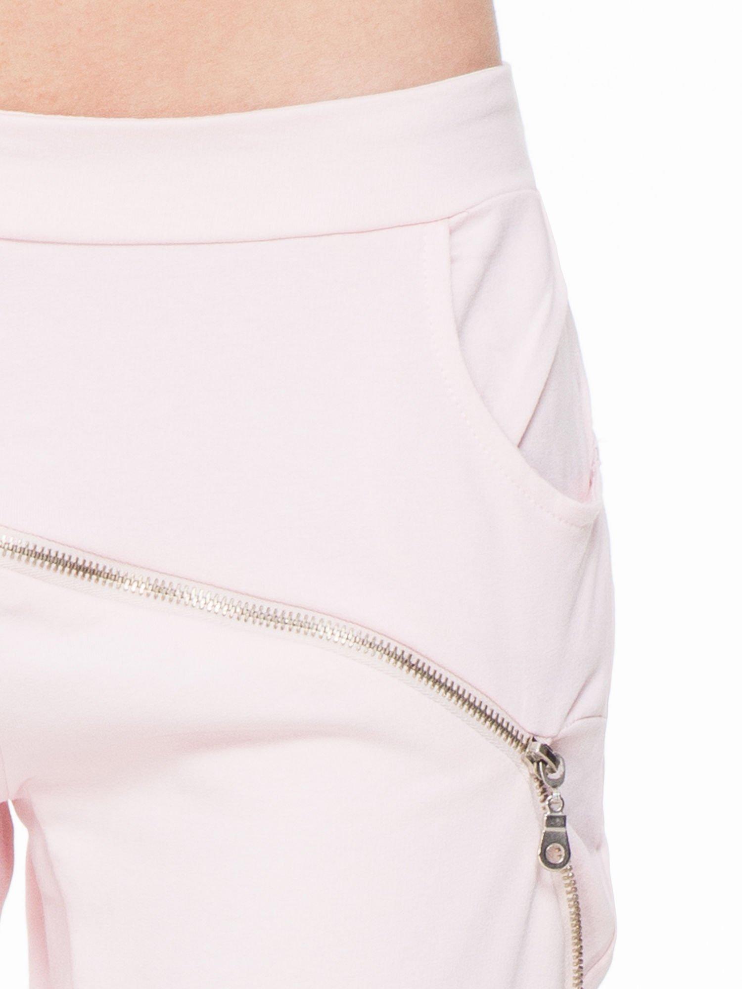 Różowe spodnie dresowe typu baggy z suwakiem                                  zdj.                                  5