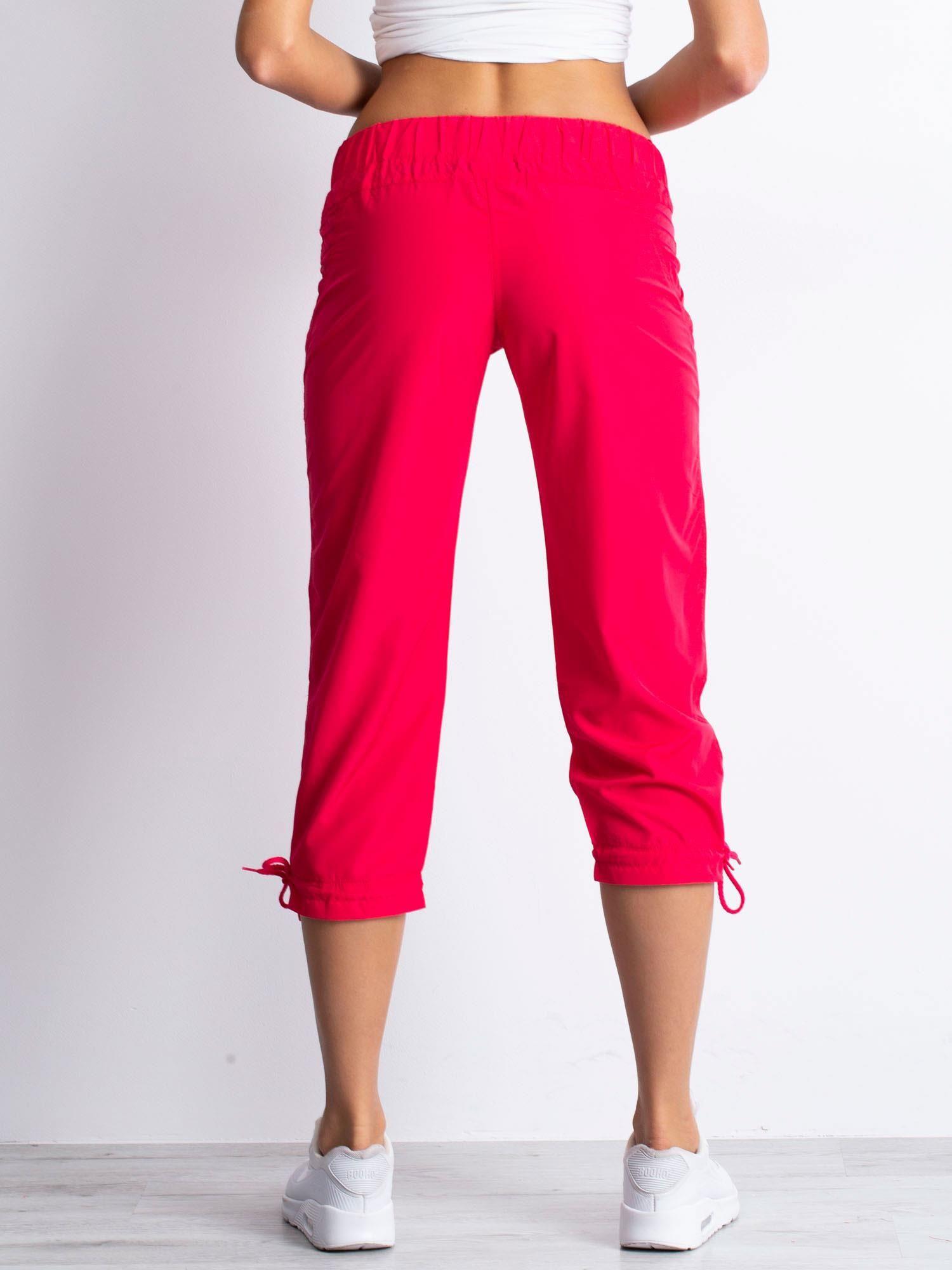 Różowe spodnie sportowe capri z guzikami                                  zdj.                                  4