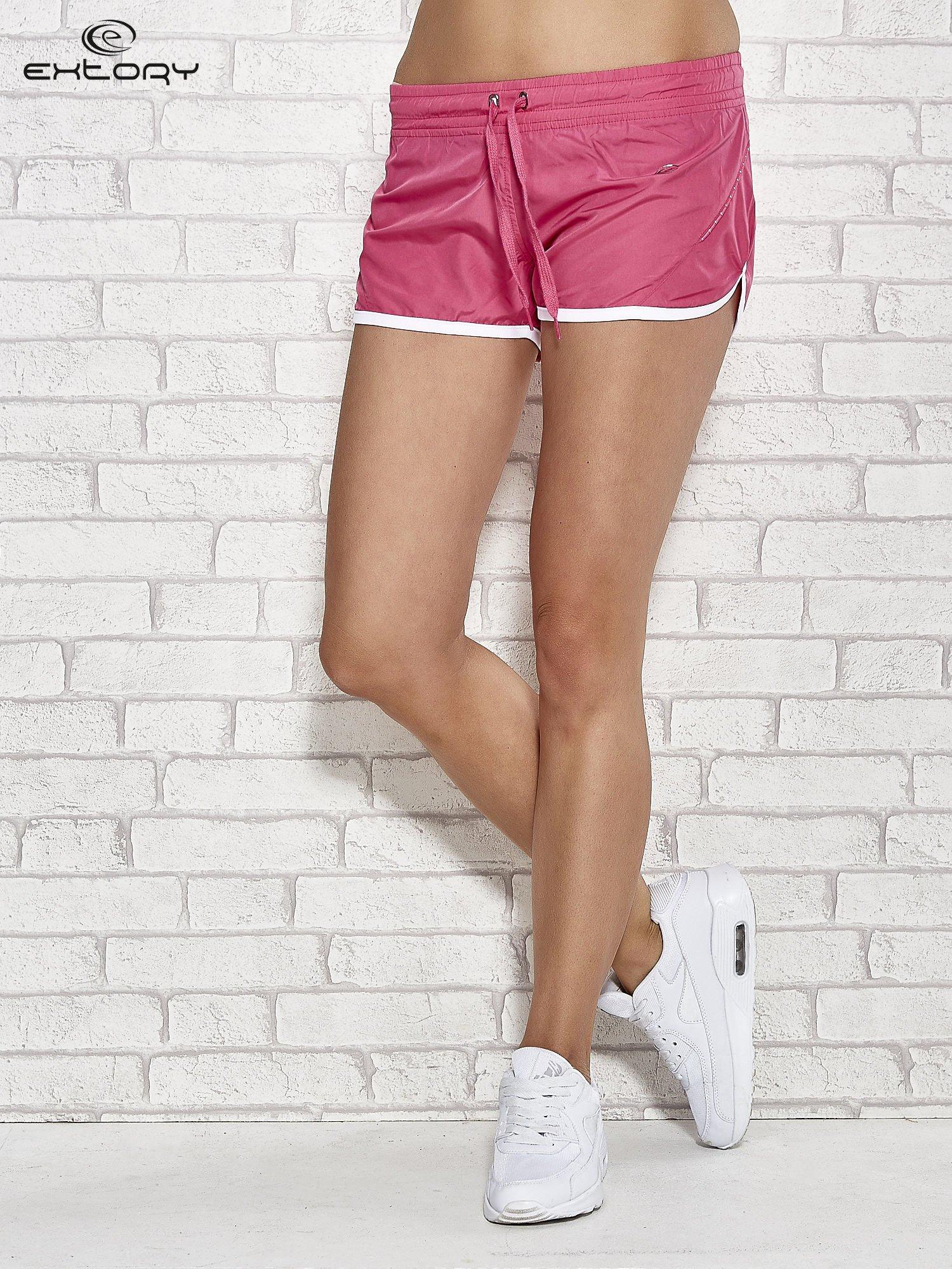 Różowe szorty sportowe ze wstawką w groszki