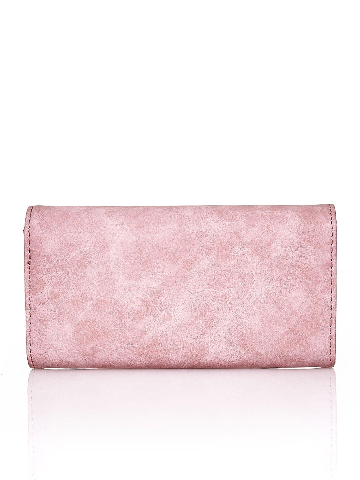 Różowy fakturowany portfel ze stylizowanym zapięciem                                   zdj.                                  2