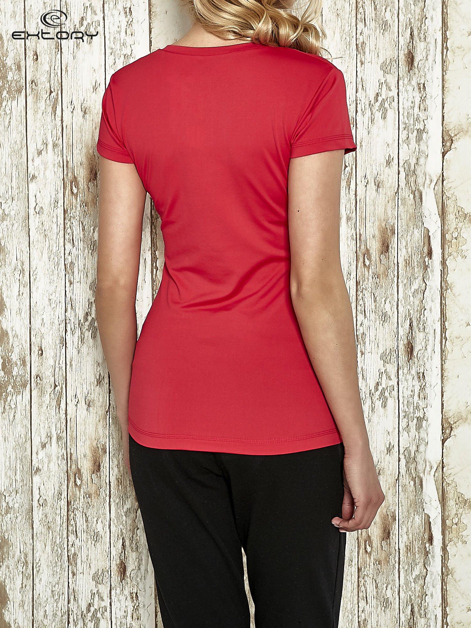 Różowy modelujący t-shirt sportowy z przeszyciami                                  zdj.                                  2