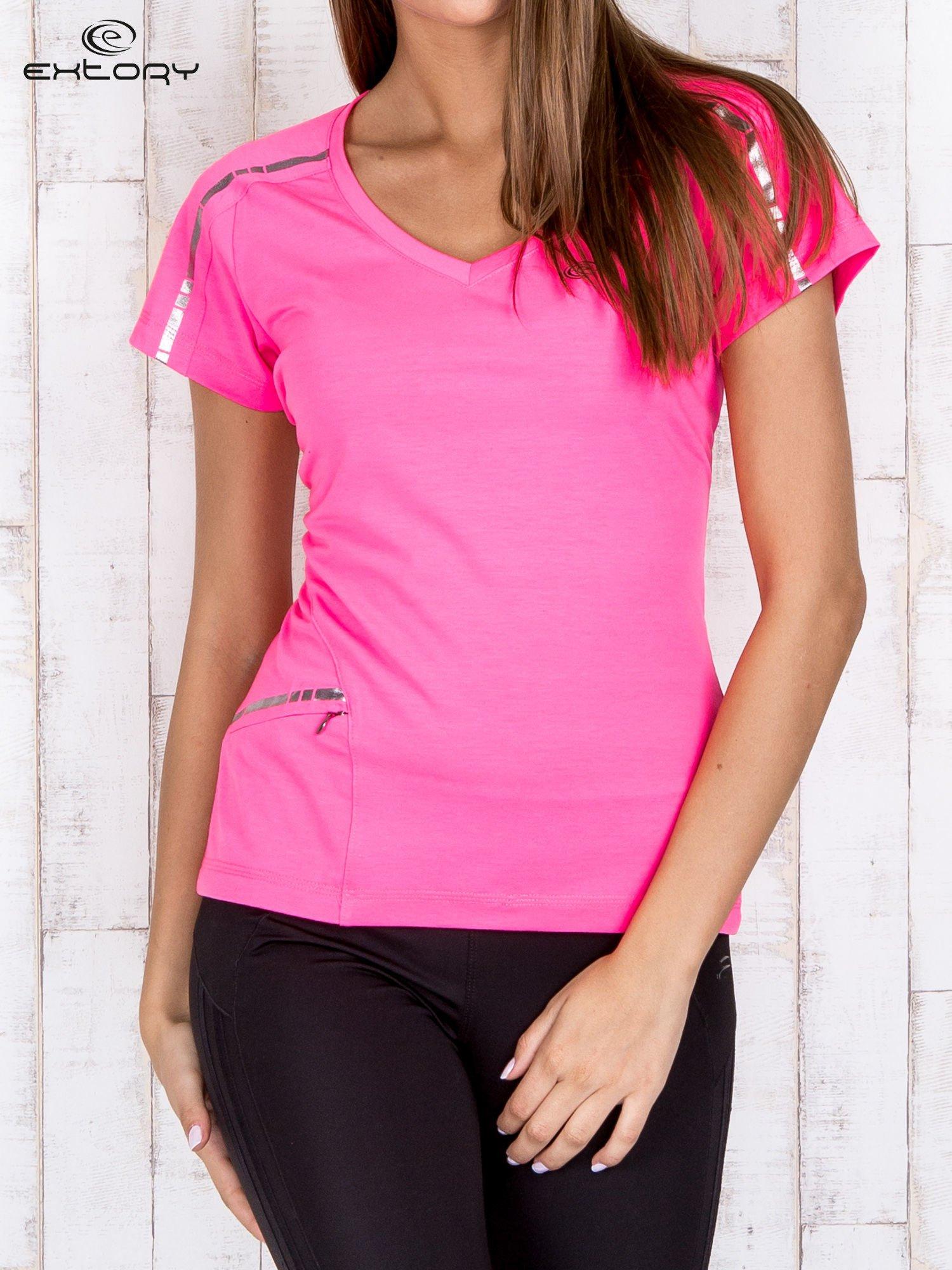 Różowy t-shirt sportowy z kieszonką i metalicznym nadrukiem                                  zdj.                                  1