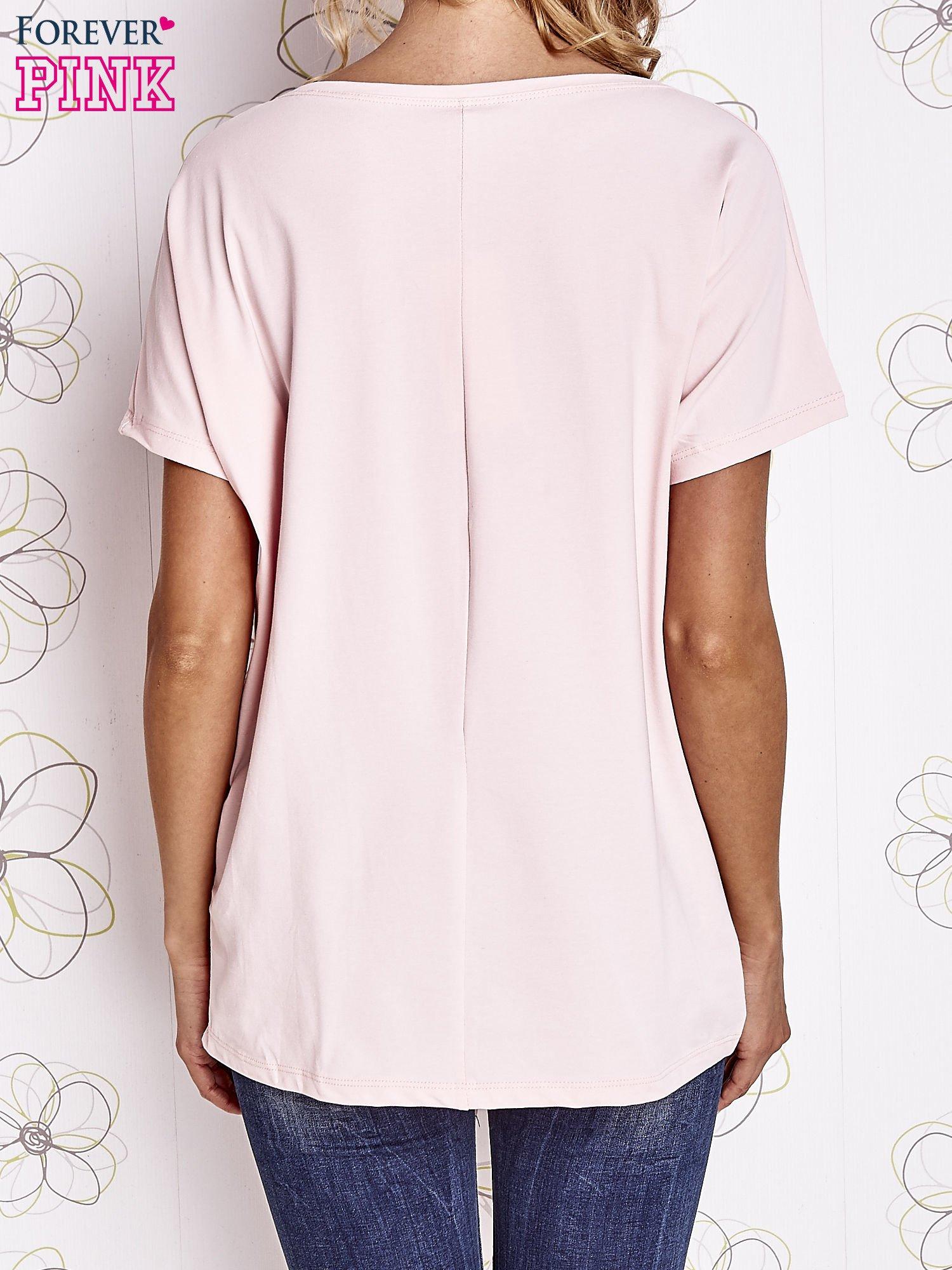 Różowy t-shirt z hashtagiem #BECAUSE                                  zdj.                                  4