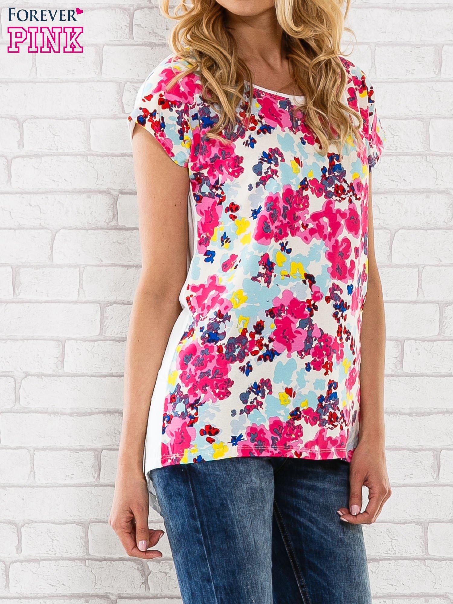 Różowy t-shirt z kwiatowym wzorem                                  zdj.                                  3