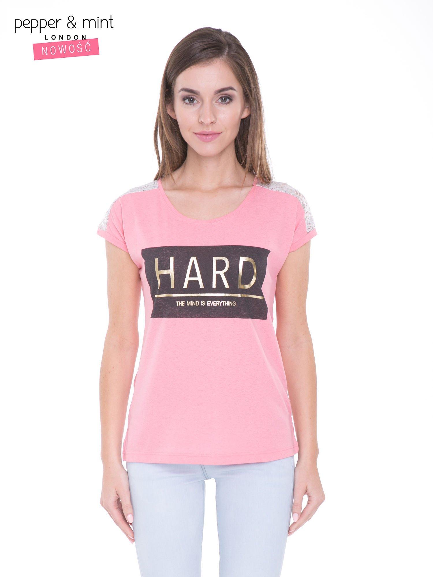 Różowy t-shirt z metalicznym nadrukiem HARD i koronkową wstawką z tyłu                                  zdj.                                  1