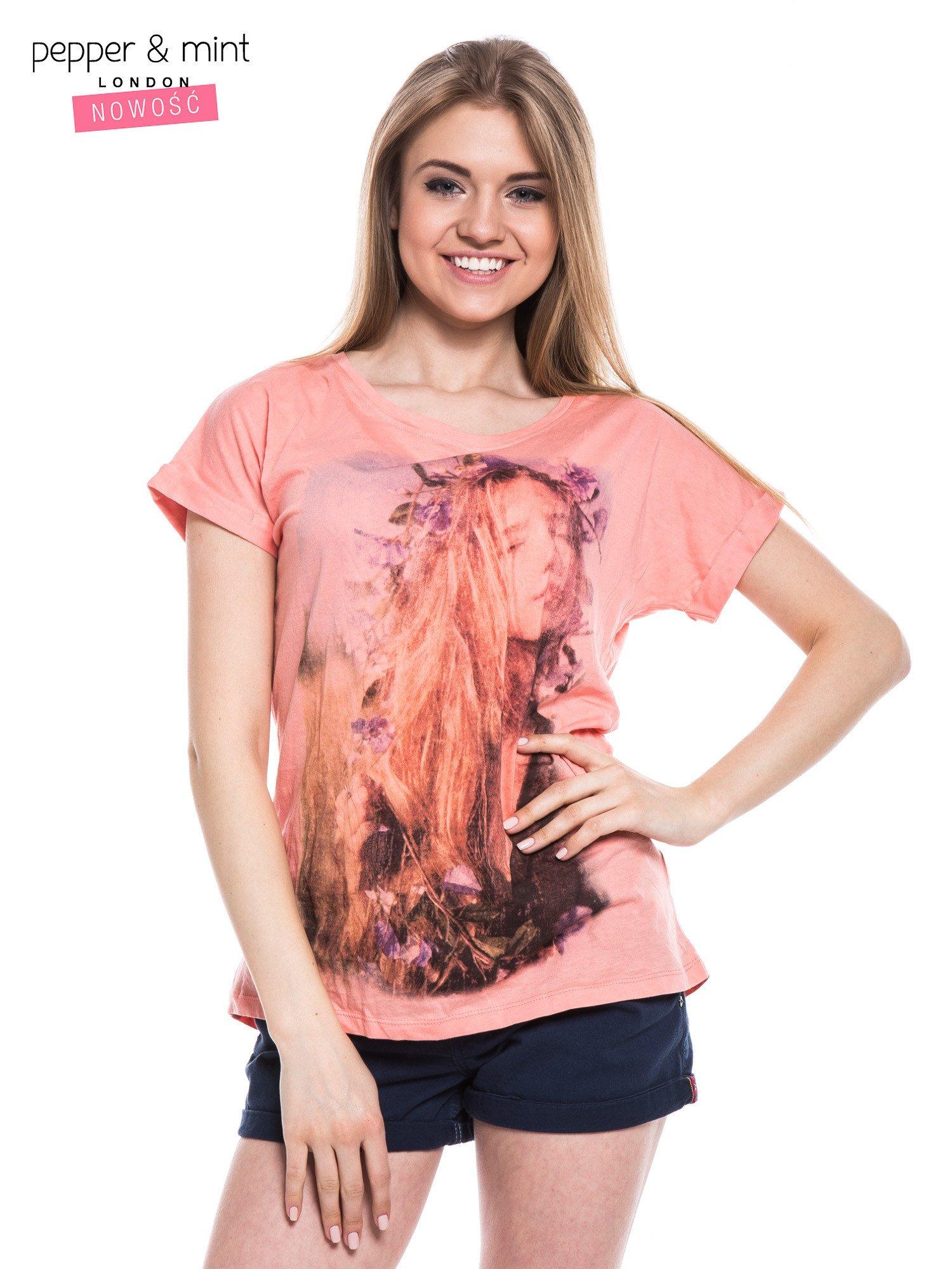 Różowy t-shirt z nadrukiem dziewczyny                                  zdj.                                  1