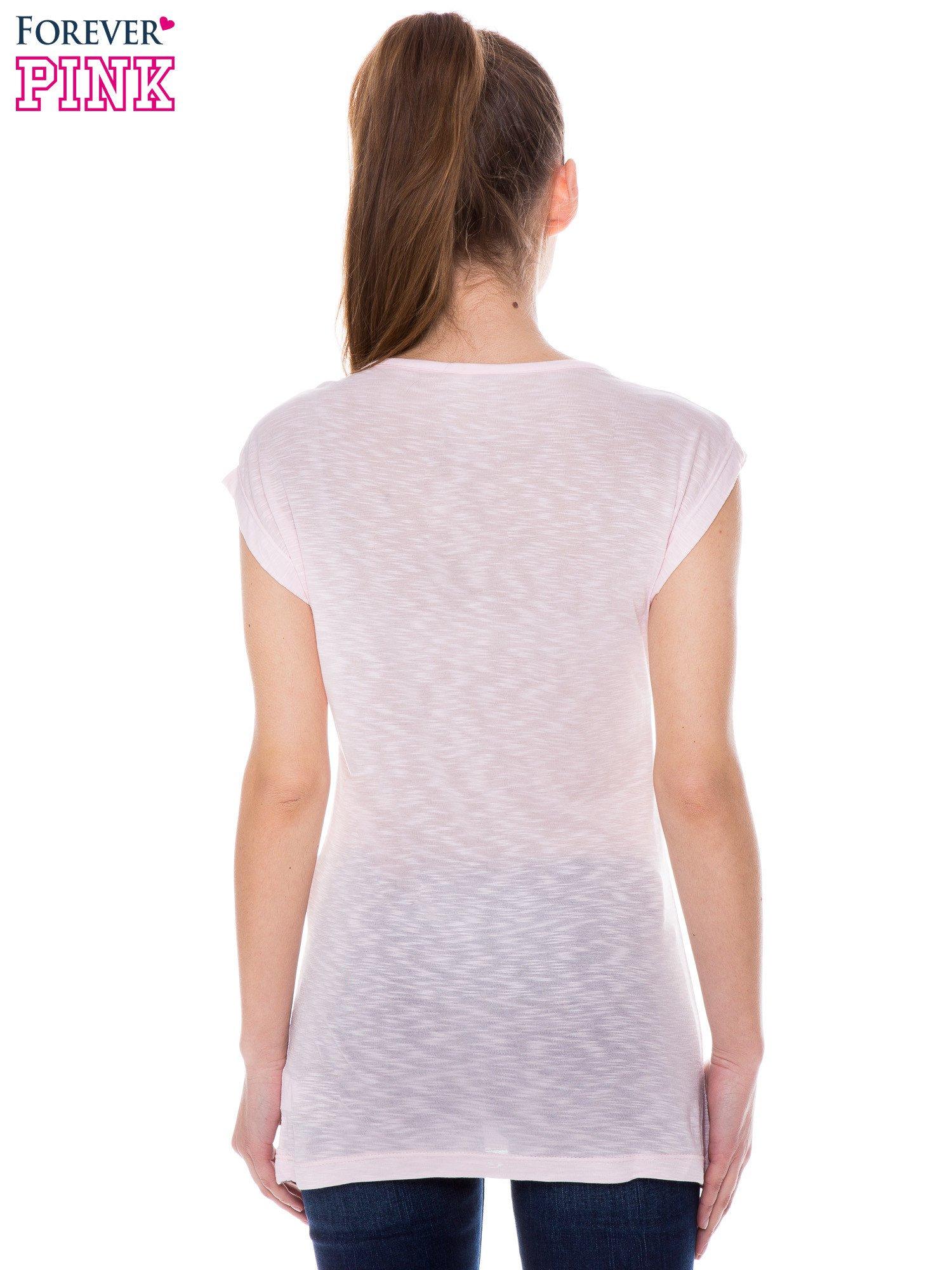 Różowy t-shirt z nadrukiem dziewczyny                                  zdj.                                  3