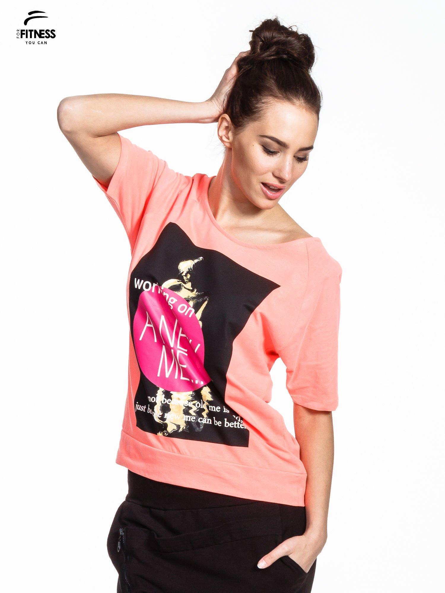 Różowy t-shirt z napisem WORKING ON A NEW ME                                  zdj.                                  1