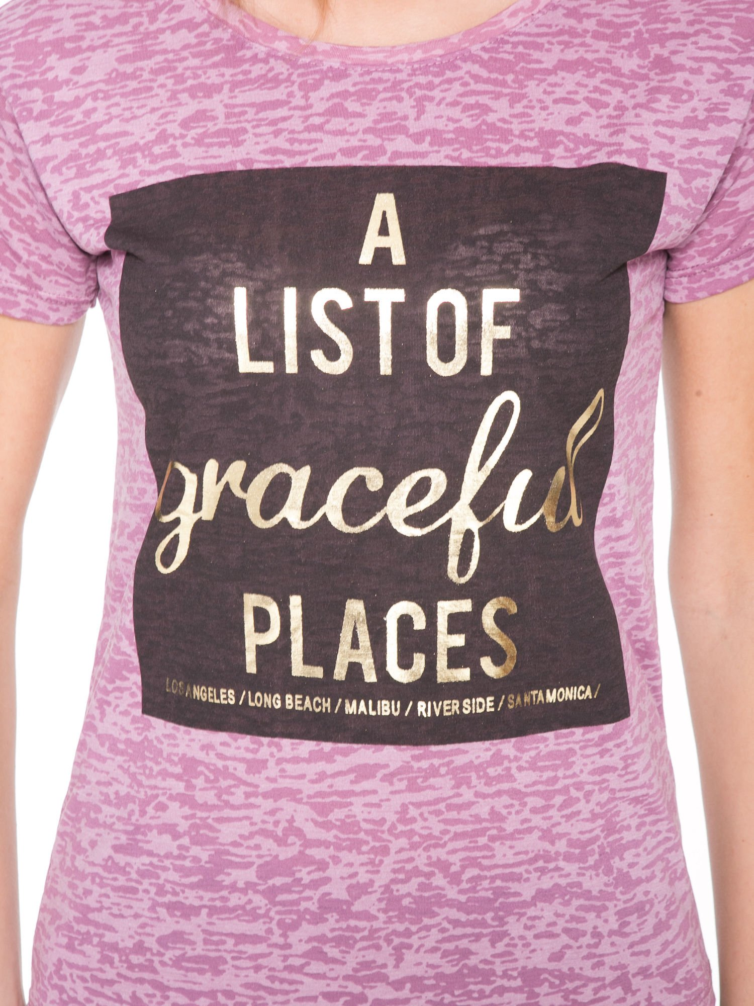 Różowy t-shirt ze złotym napisem A LIST OF GRACEFUL PLACES                                  zdj.                                  6