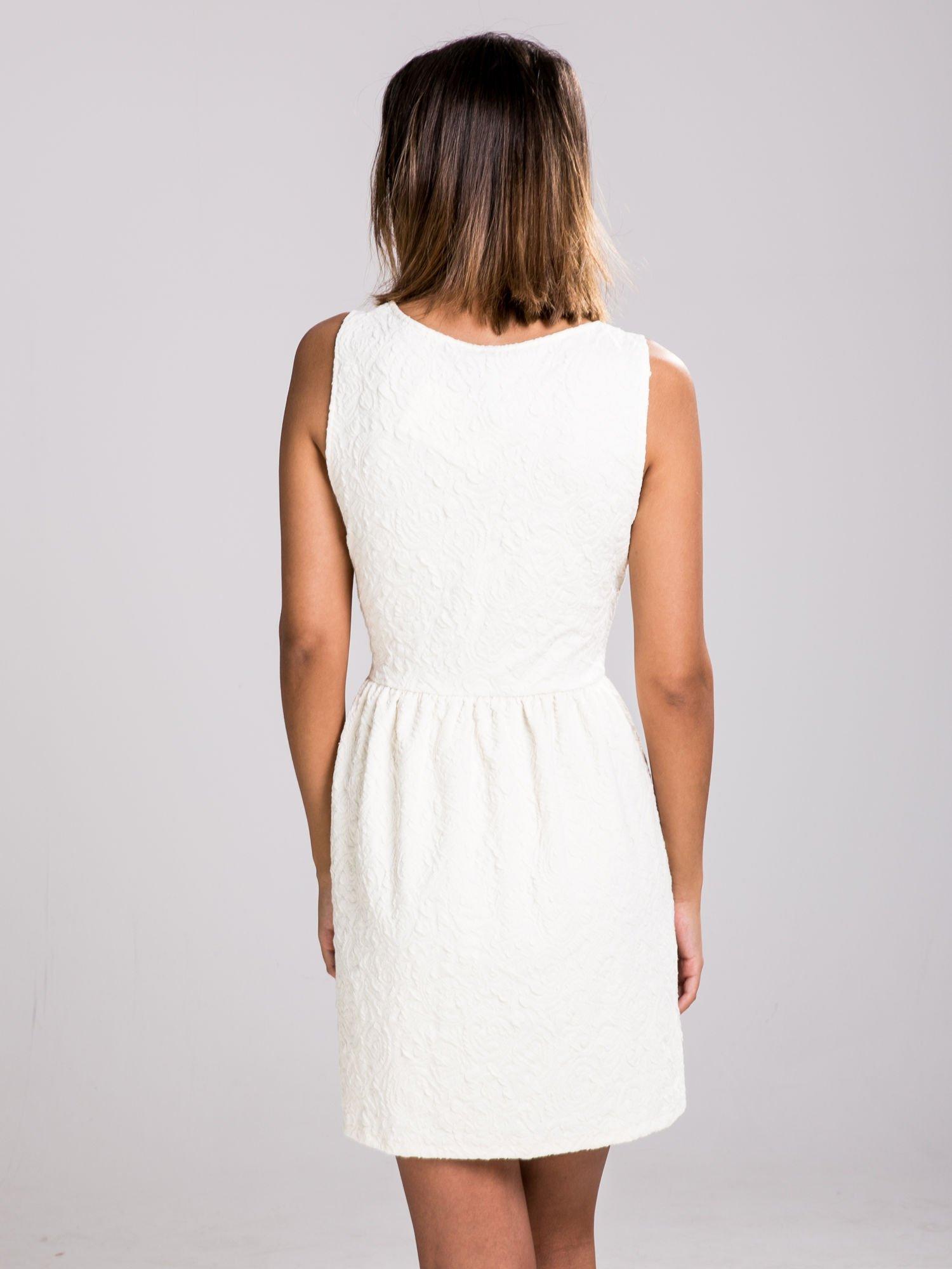 STRADIVARIUS Ecru sukienka z tłoczonego materiału                                  zdj.                                  2