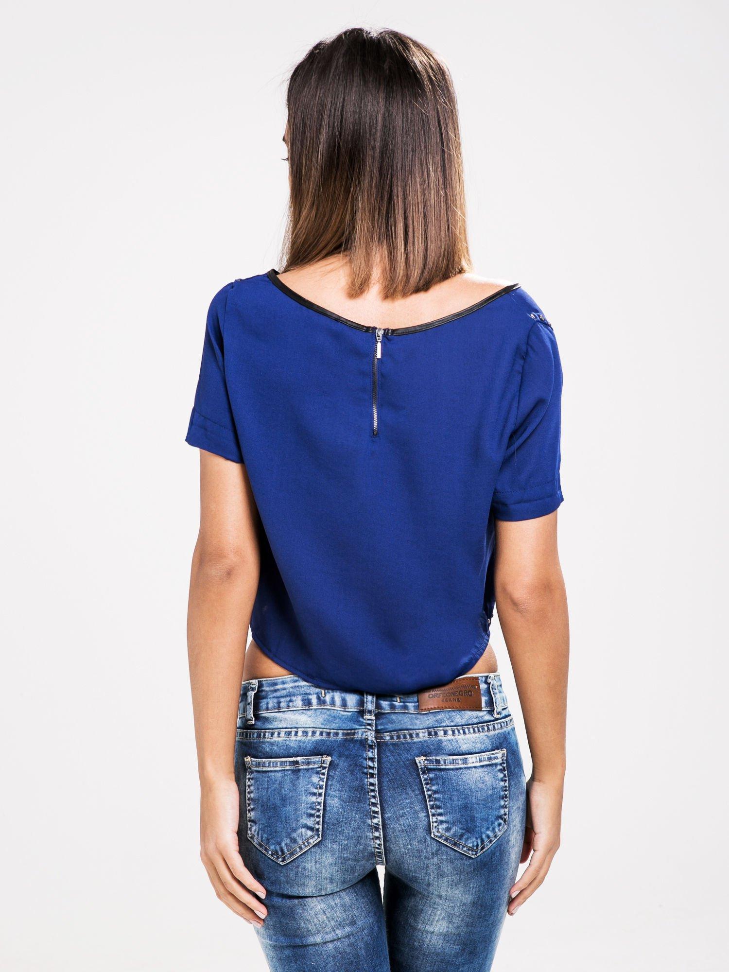 STRADIVARIUS Kobaltowy t-shirt typu cropped z dżetami i skórzaną lamówką                                  zdj.                                  2