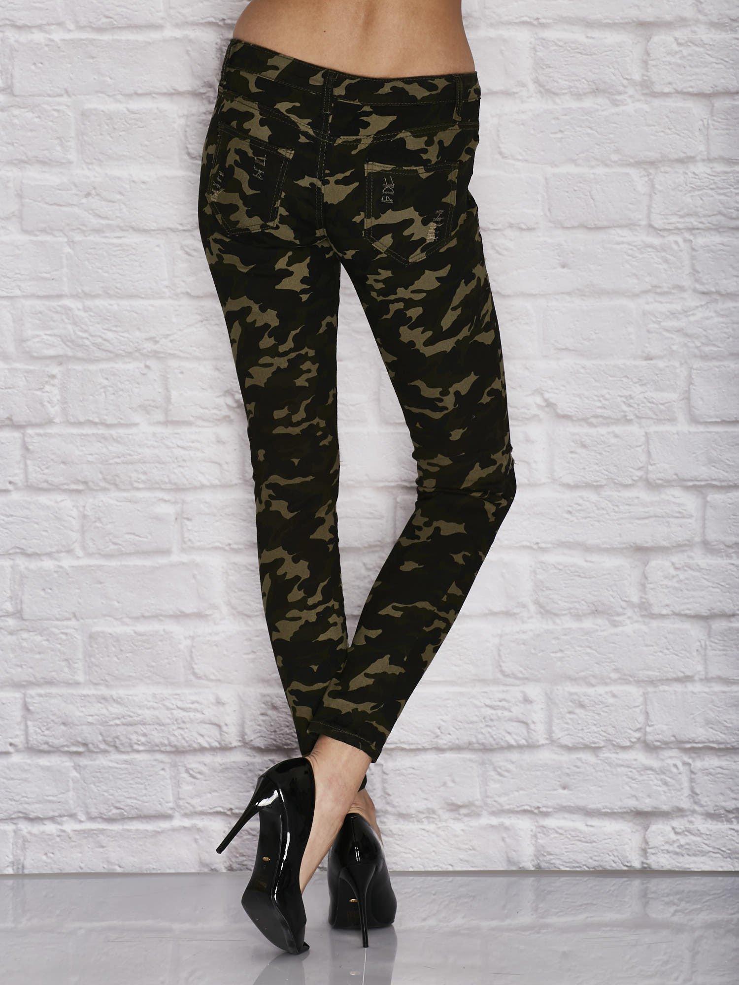 af3ab74639f630 Spodnie damskie rurki w moro wzór z dziurami i ćwiekami zielone - Spodnie z  materiału - sklep eButik.pl