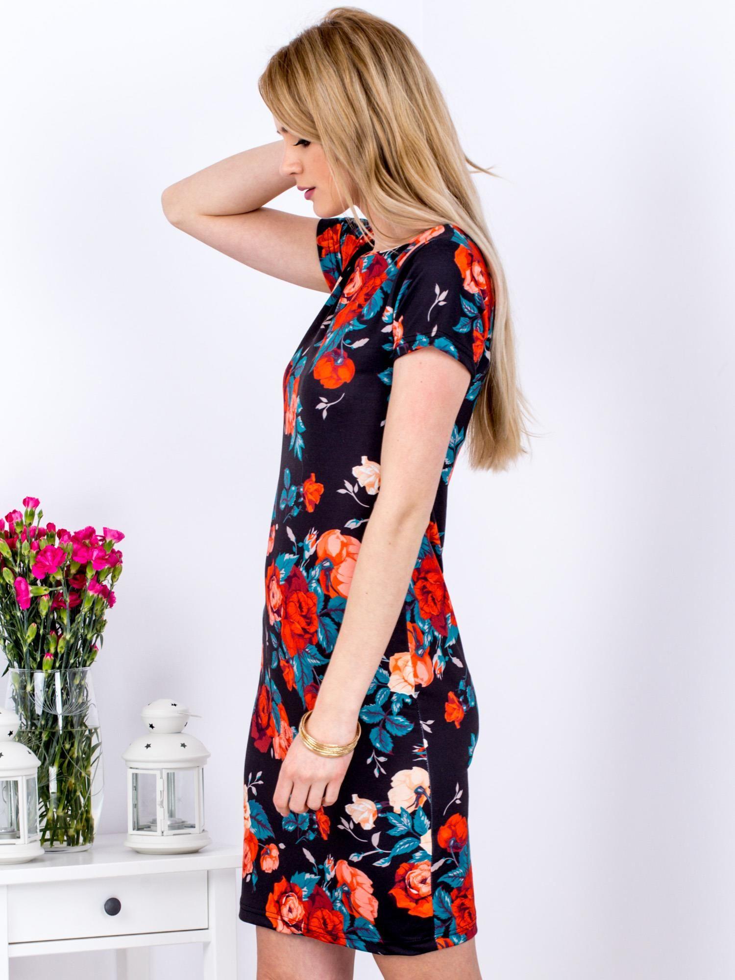 6b040d5d64 Sukienka czarna w czerwone róże - Sukienka dopasowana - sklep eButik.pl