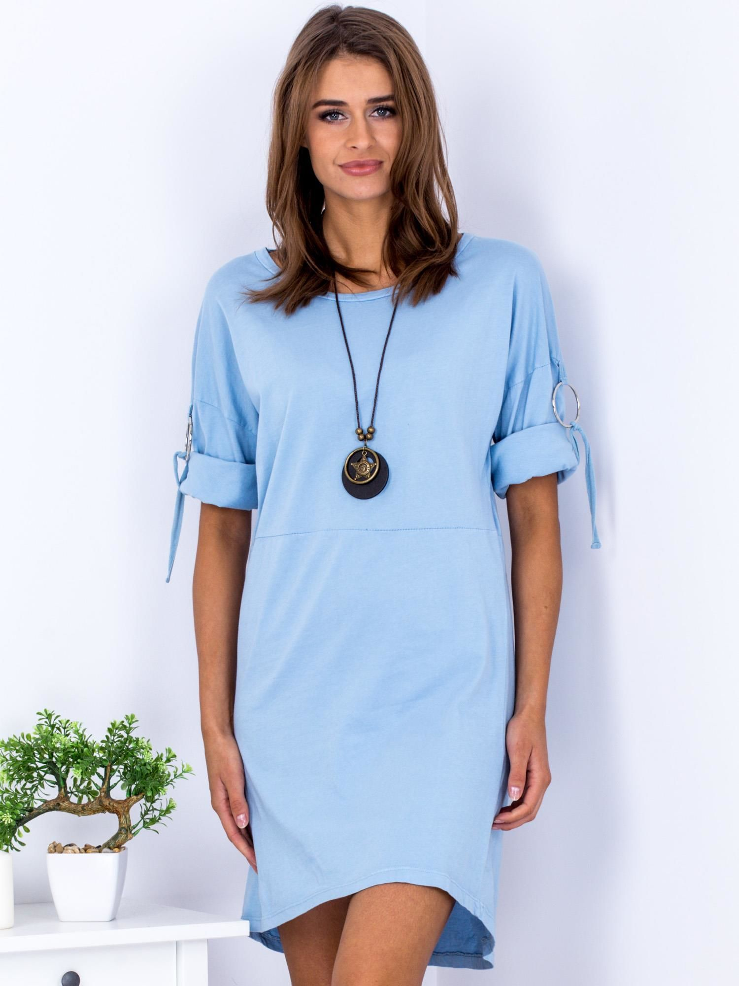 a0d82fa82dba10 Sukienka jasnoniebieska z naszyjnikiem i podwijanymi rękawami - Akcesoria  naszyjnik - sklep eButik.pl