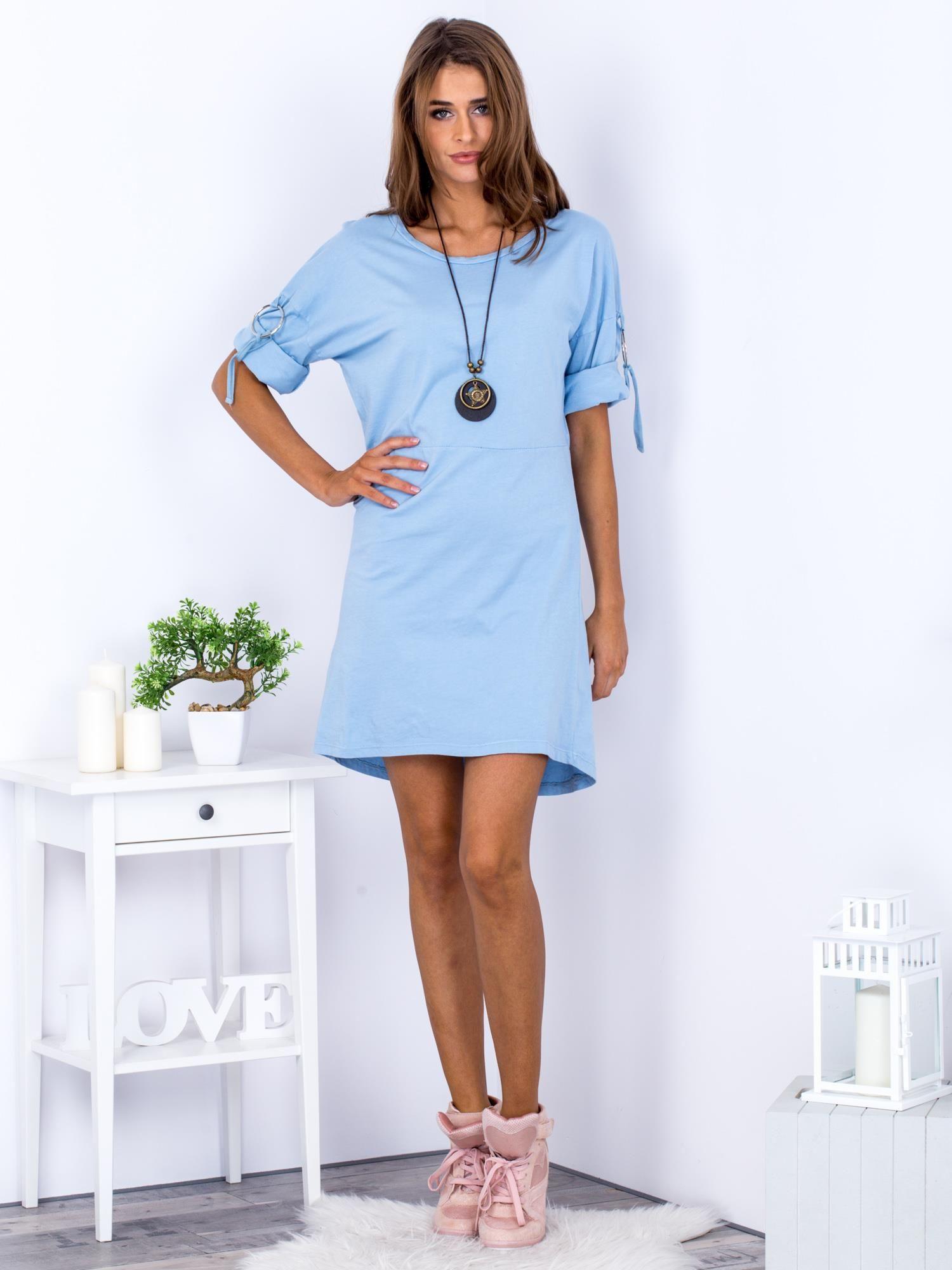 443394d7cfafc0 3 · Sukienka jasnoniebieska z naszyjnikiem i podwijanymi rękawami ...