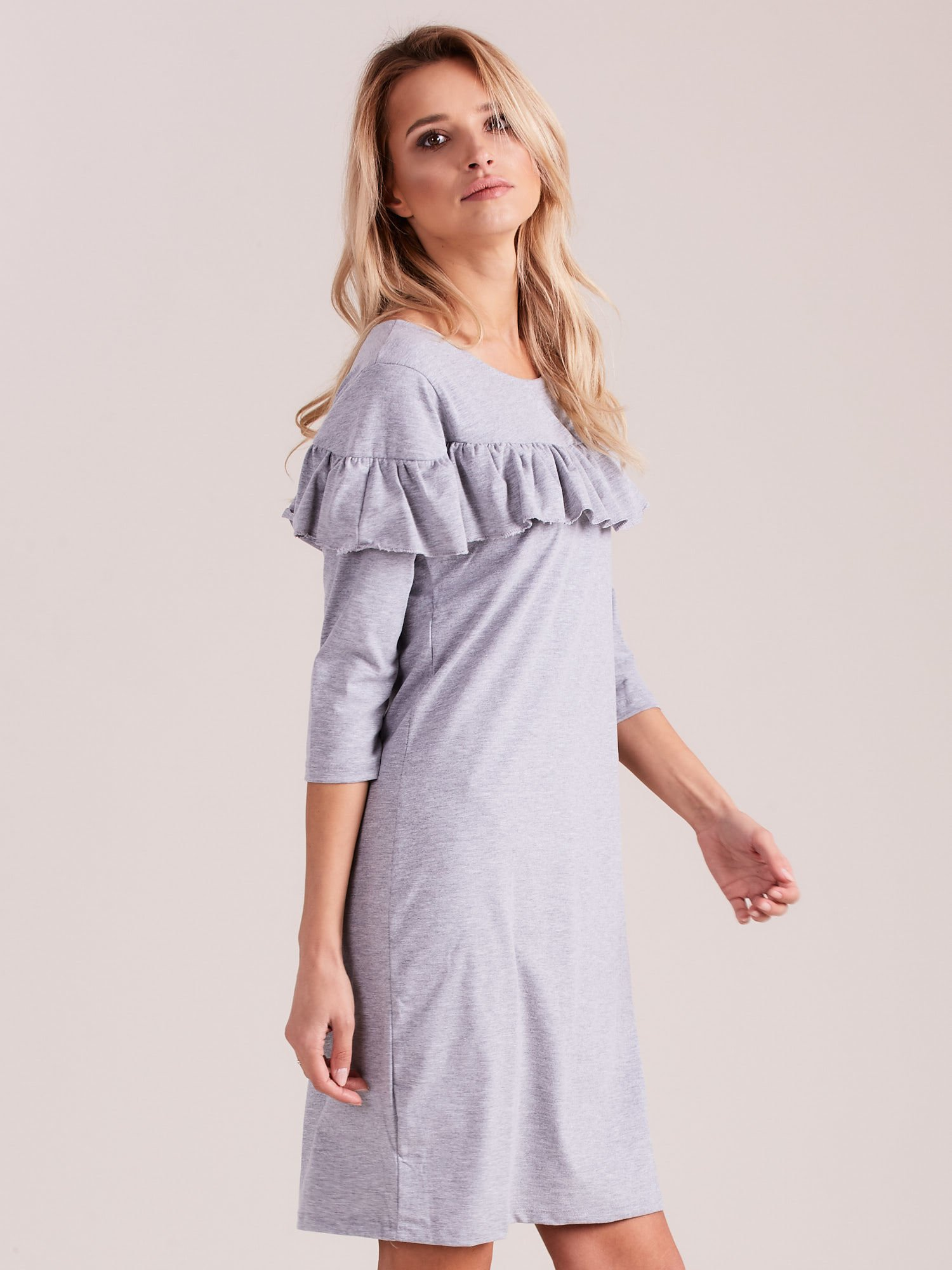 Sukienka jasnoszara z szeroką falbaną