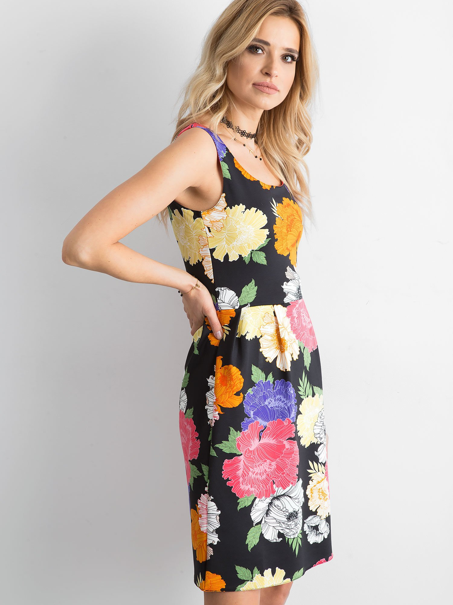 9244a363e2 Sukienka w duże kolorowe kwiaty - Sukienka koktajlowa - sklep eButik.pl