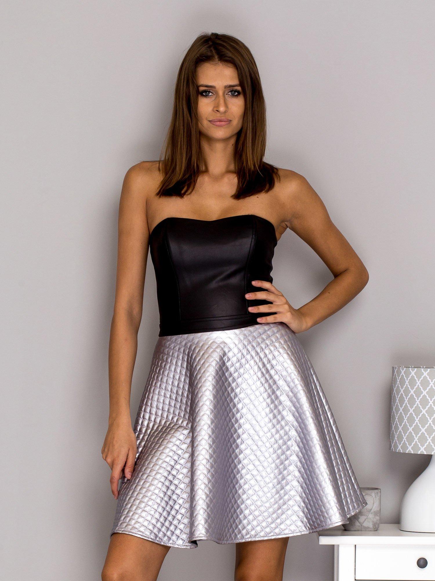 8c13653909 Sukienka wieczorowa z pikowana spódnicą srebrna - Sukienka ...