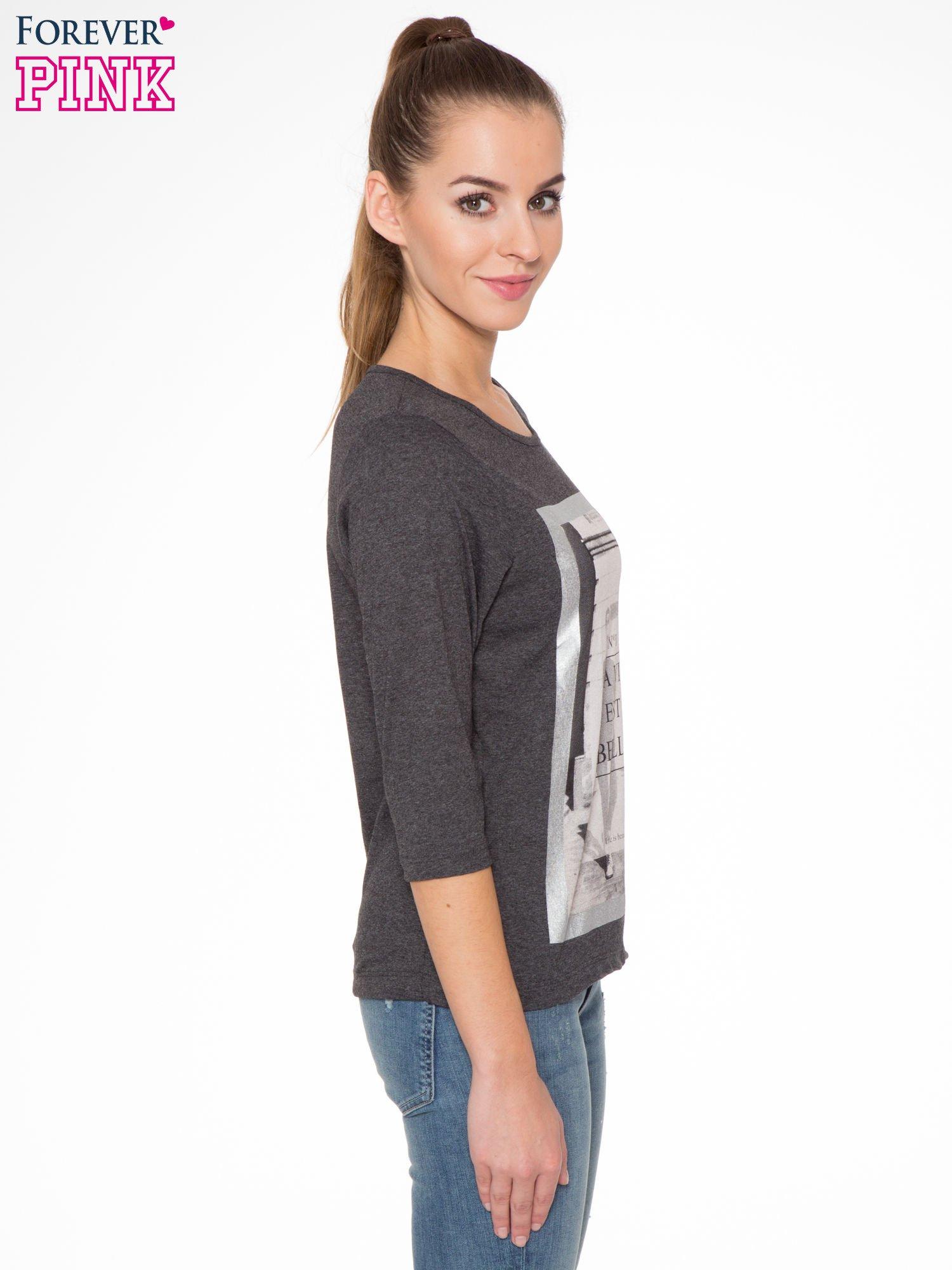 Szara bluzka w stylu fashion z nadrukiem LA VIE EST BELLE                                  zdj.                                  3