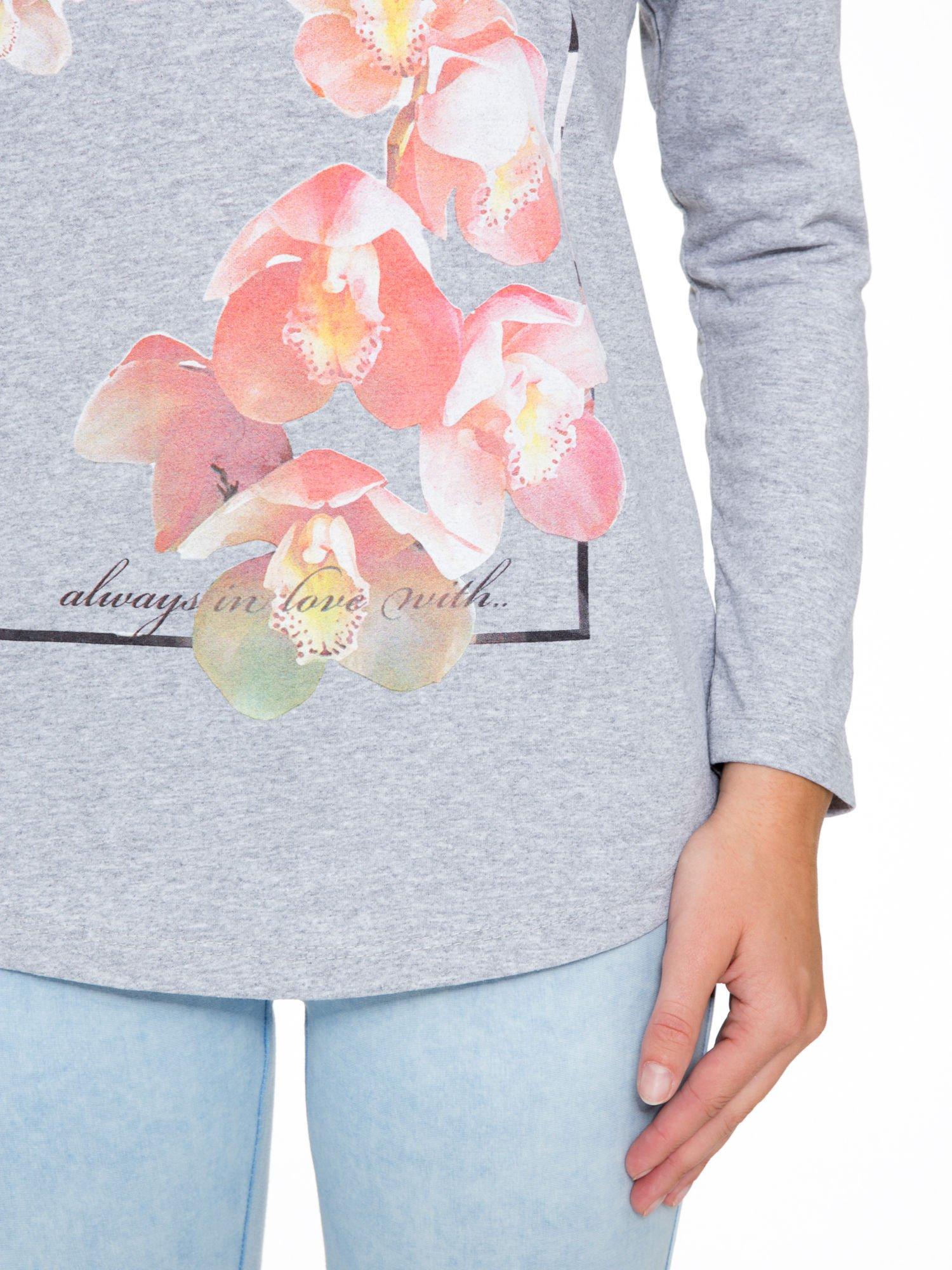Szara bluzka z nadrukiem kwiatowym i napisem BEAUTY                                  zdj.                                  7