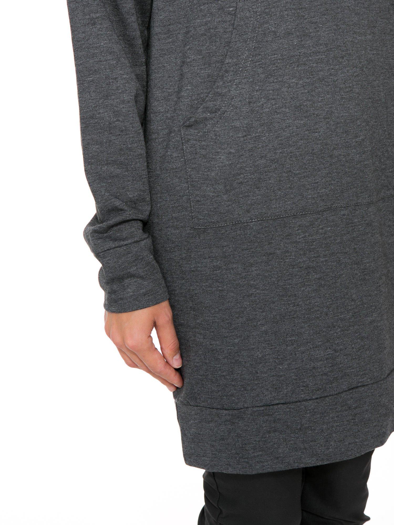 Szara dresowa bluzosukienka z kapturem i kieszenią typu kangur                                  zdj.                                  7