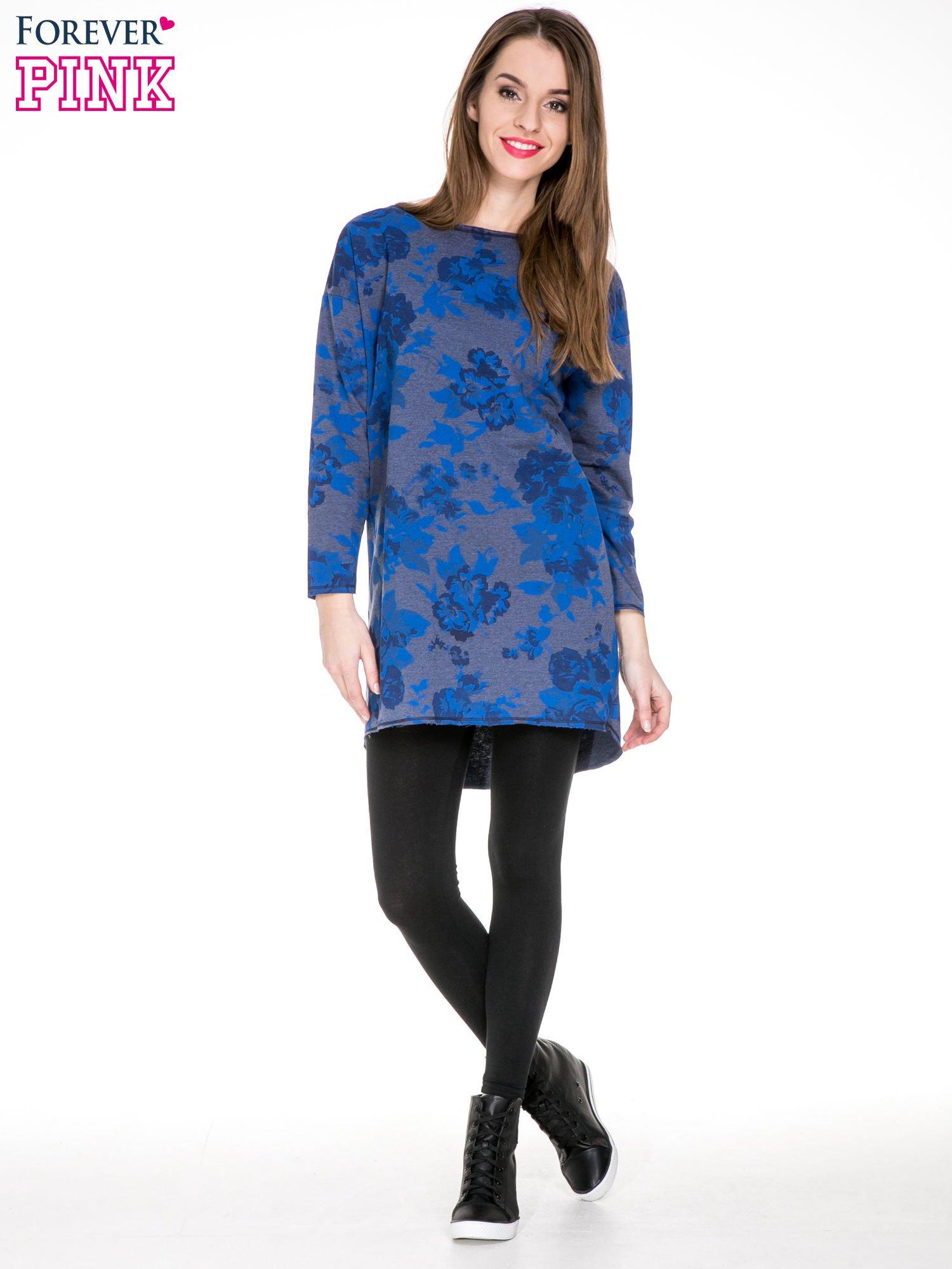 Szara dresowa sukienka z nadrukiem kwiatowym w kolorze niebieskim                                  zdj.                                  2