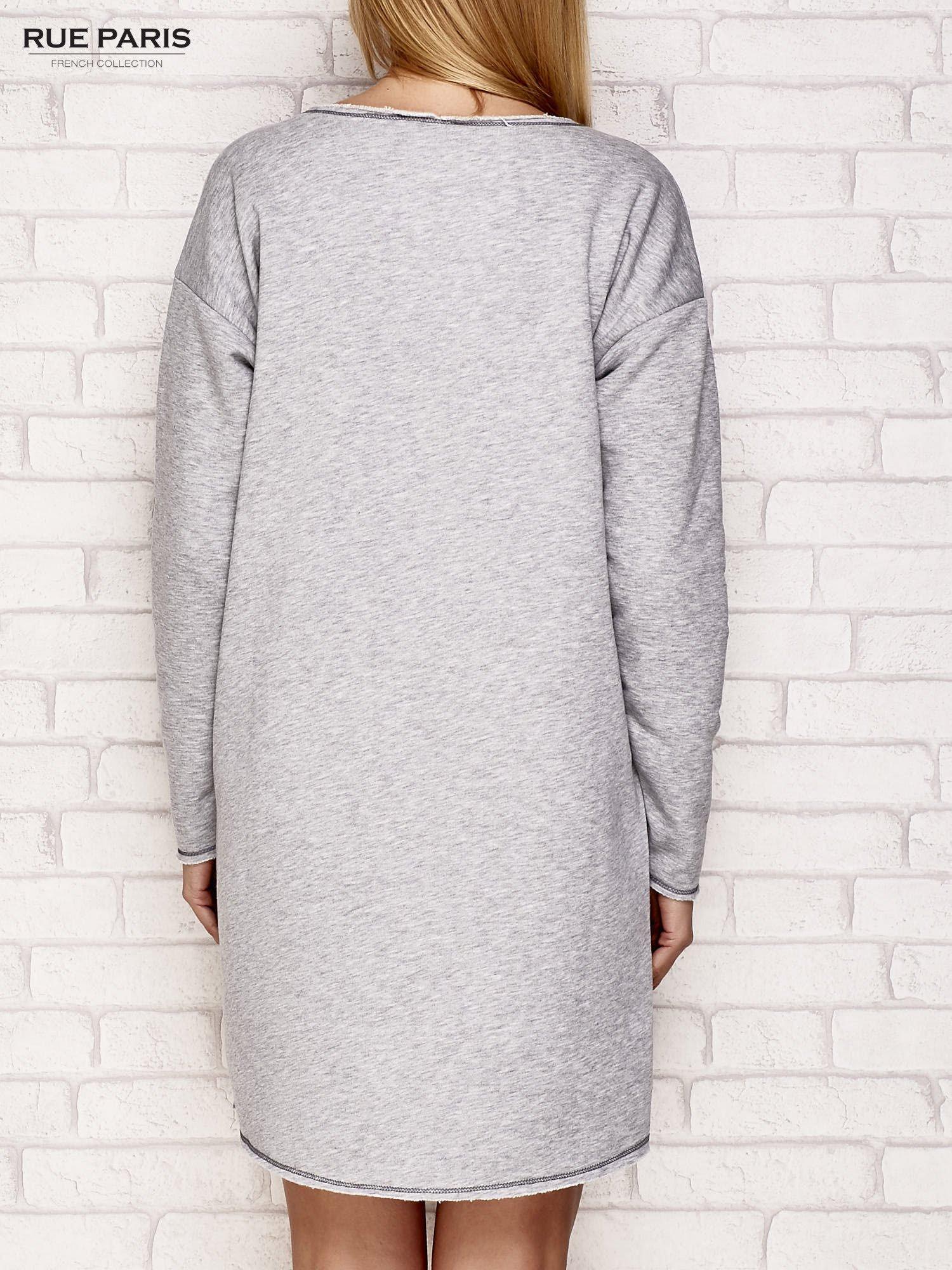 Szara dresowa sukienka z surowym wykończeniem                                  zdj.                                  4