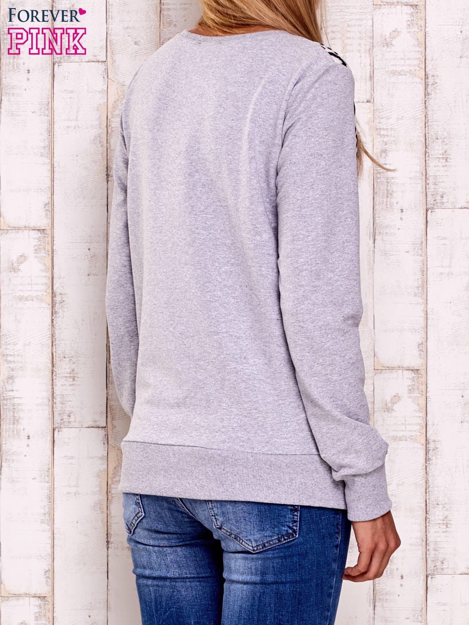 Szara-ecru bluza z nadrukiem liter                                  zdj.                                  2