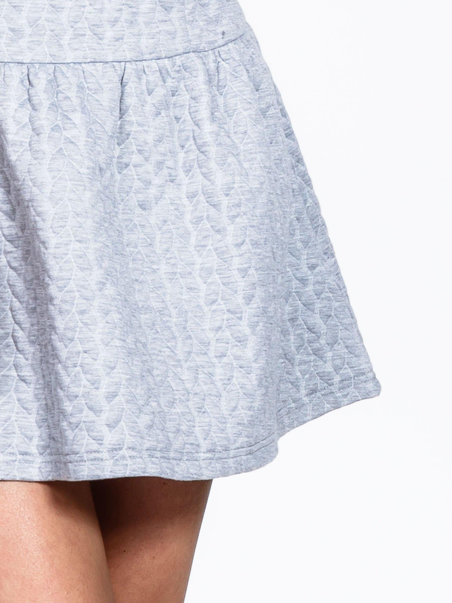 Szara fakturowana sukienka z obniżoną talią                                  zdj.                                  5