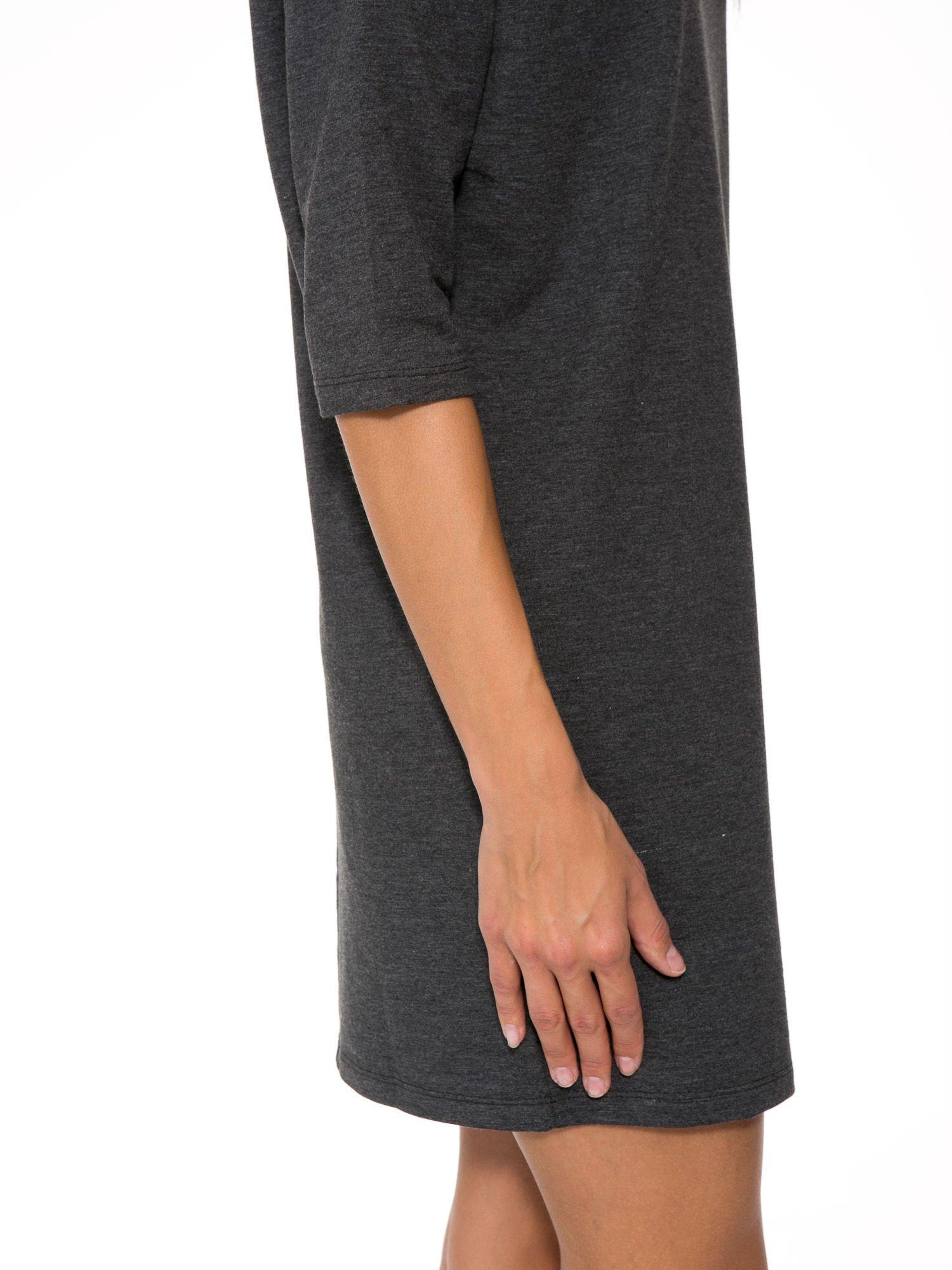 Szara prosta sukienka z zamkiem z tyłu                                  zdj.                                  8