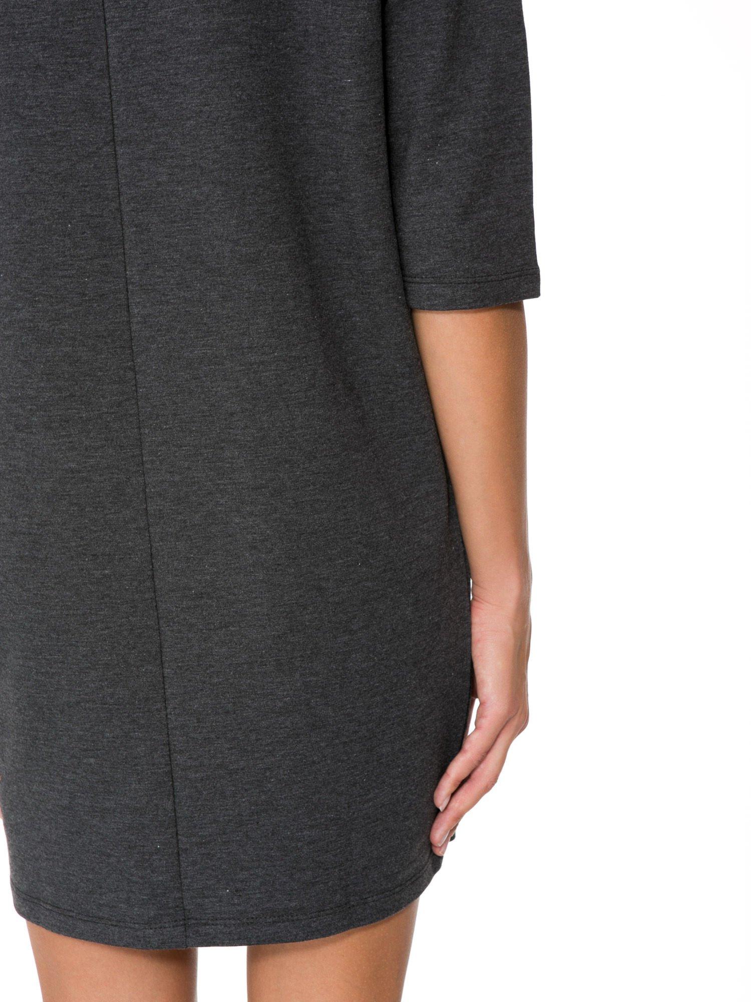 Szara prosta sukienka z zamkiem z tyłu                                  zdj.                                  9