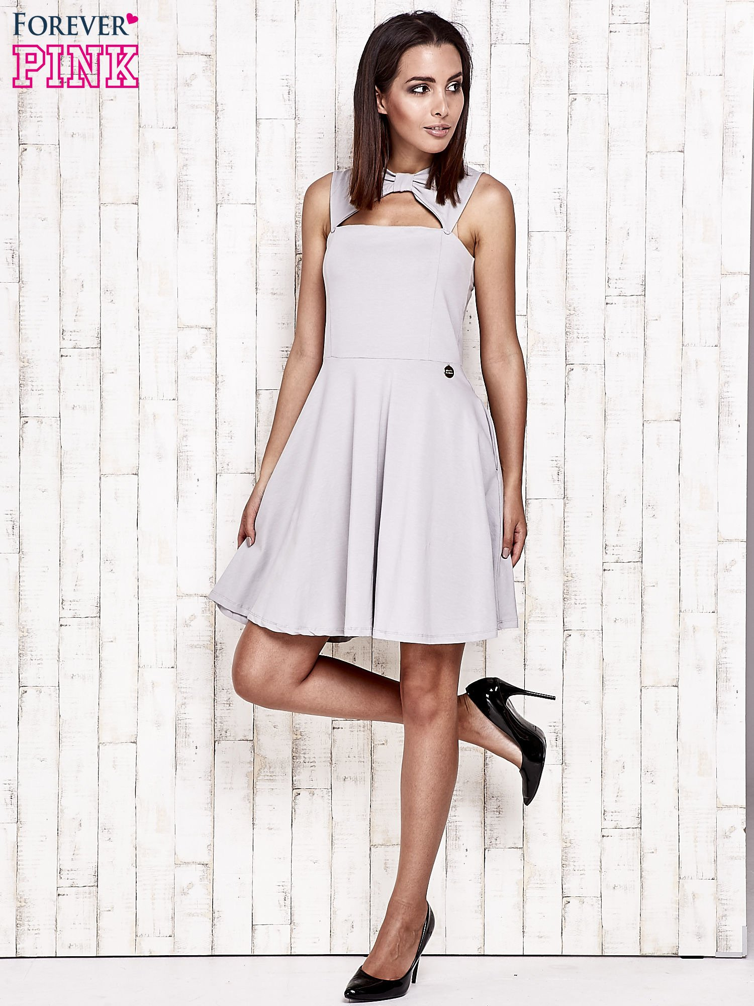 Szara sukienka dresowa z dekoltem cut out z kokardą                                  zdj.                                  3