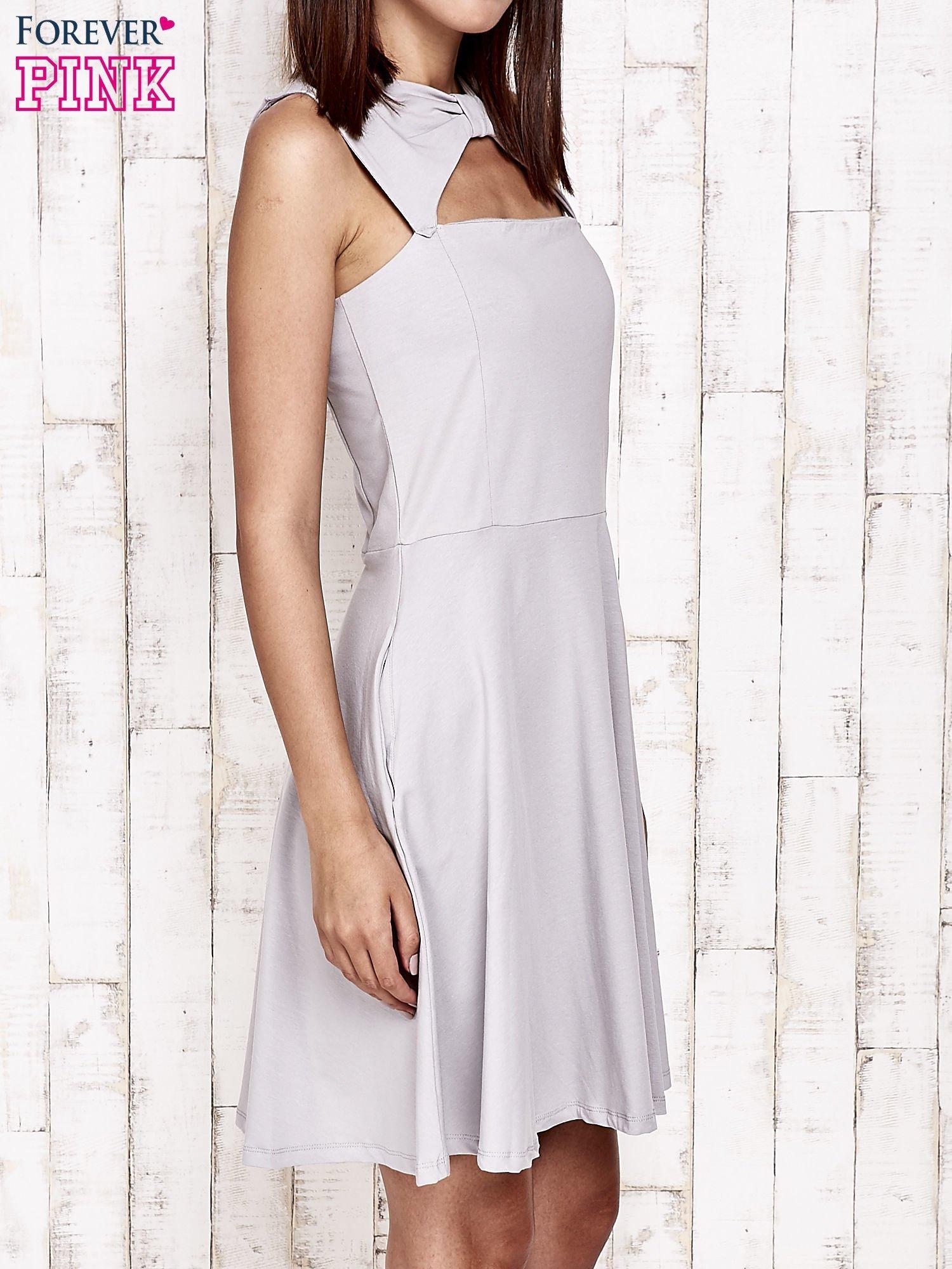 Szara sukienka dresowa z dekoltem cut out z kokardą                                  zdj.                                  4