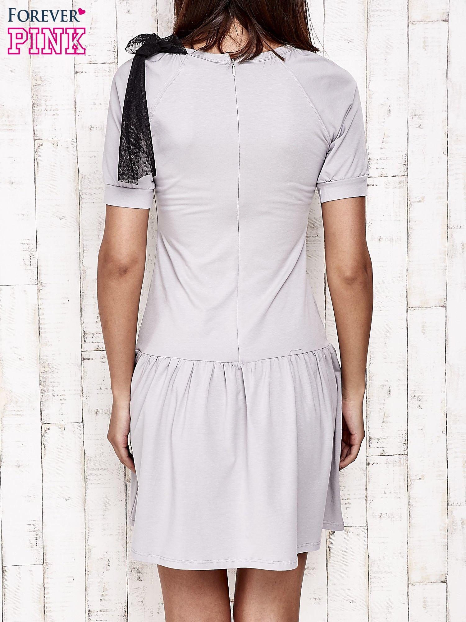 Szara sukienka dresowa z kokardą z tiulu                                  zdj.                                  4