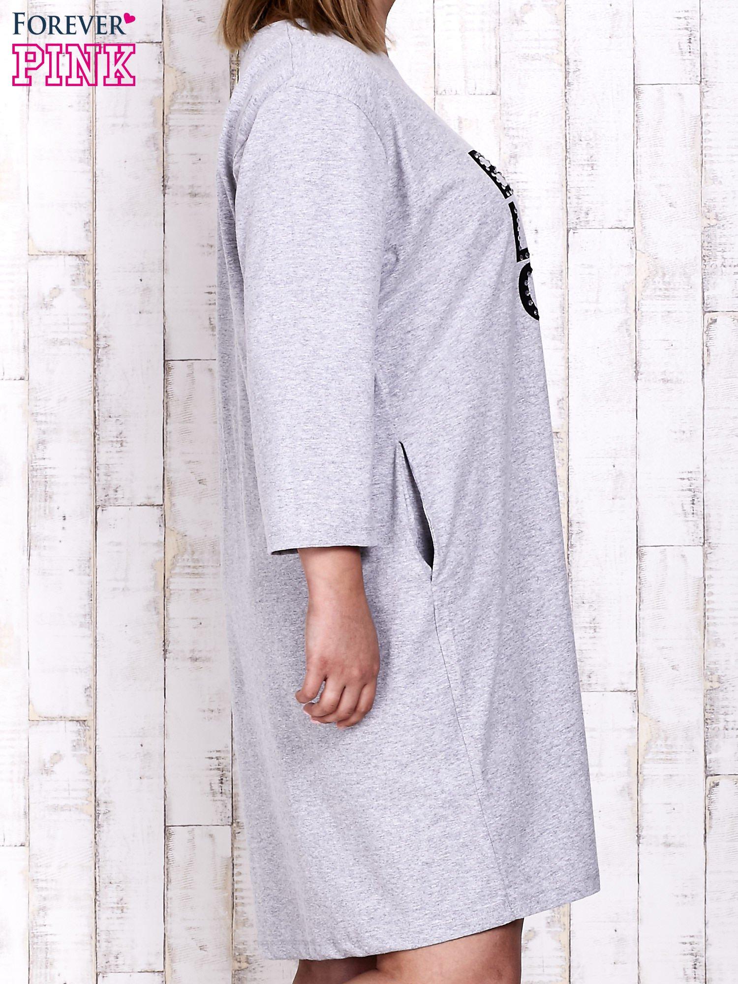 Szara sukienka dresowa z napisem BABE PLUS SIZE                                  zdj.                                  4