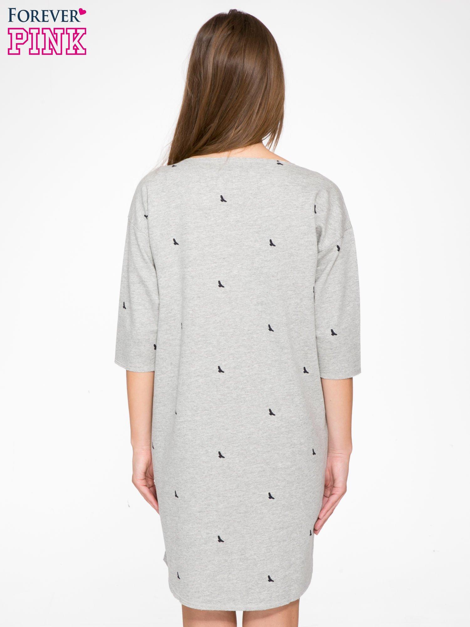 Szara sukienka oversize we wzór w ptaszki                                  zdj.                                  4